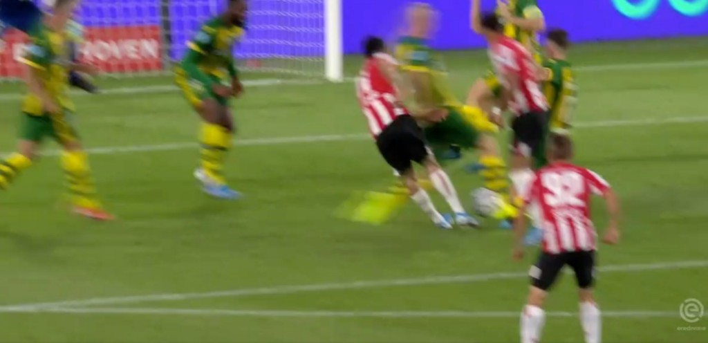 Lozano tuvo un duro cruce con un defensa, pero su técnico aseguró que eso no provocó su lesión en el muslo derecho (Foto: Especial)