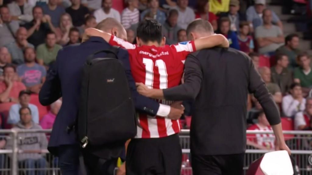 Lozano fue retirado por el cuerpo médico del club de Eindhoven (Foto: Especial)