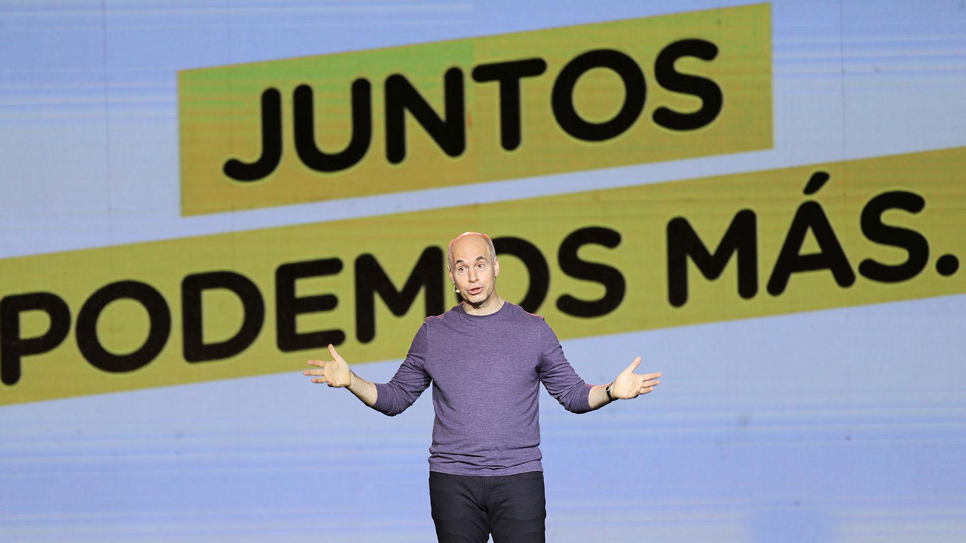 Horacio Rodríguez Larreta lució una remera de mangas largas en color azul con jeans y zapatillas
