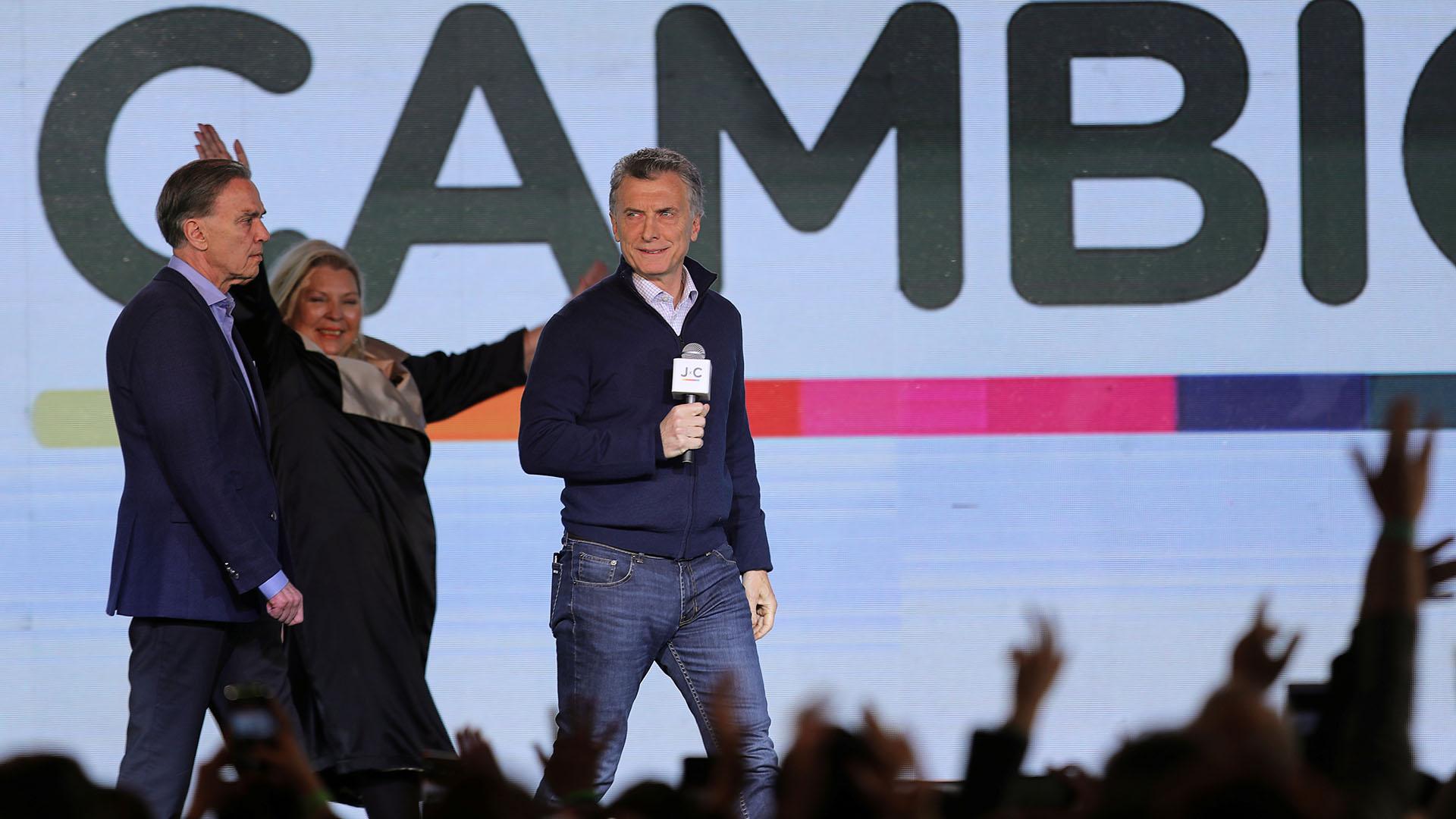 Con un look relajado, Mauricio Macri eligió un cardigan con cierre azul, camisa celeste y jeans
