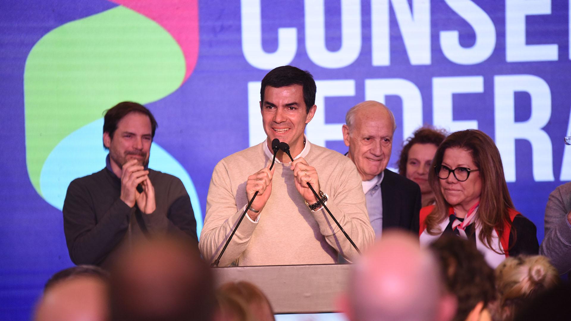 Juan Manuel Urtubey dando su discruso en el búnker optó por un sweater beige y camisa blanca