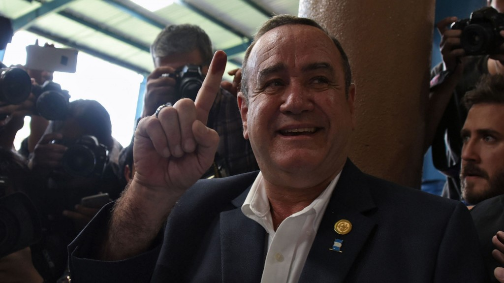 Guatemalan candidate for the Vamos (Let's Go) party Alejandro Giammattei shows his inked finger after voting at a polling station in Guatemala City on August 11, 2019. - More than eight million Guatemalans head to the polls on Sunday as former first lady Sandra Torres and opinion poll frontrunner Alejandro Giammattei bid to succeed the corruption-tainted Jimmy Morales as president. (Photo by ORLANDO ESTRADA / AFP) /