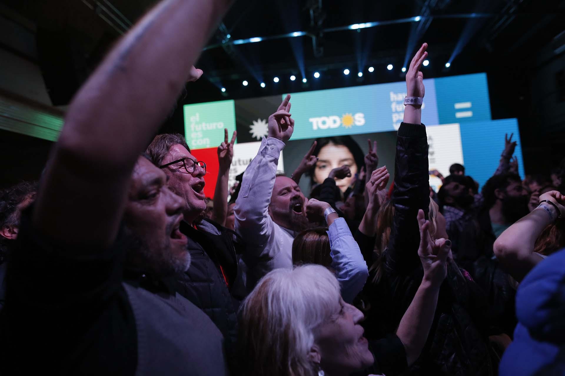 La militancia del Frente de Todos no ocultó su algarabía por los resultados obtenidos(AP Photo/Sebastian Pani)