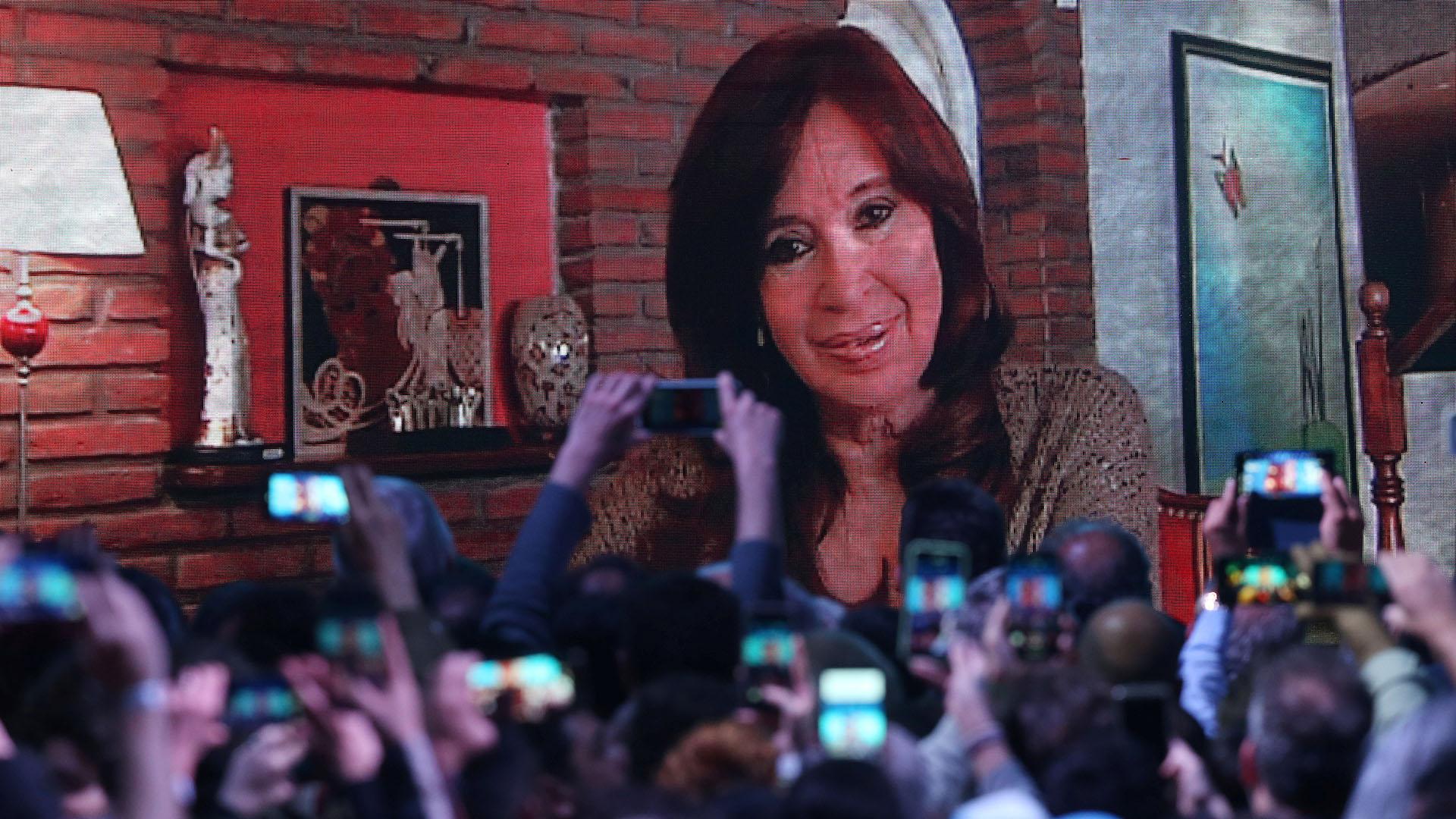 Fotos y más fotos a la pantalla gigante del búnker de Frente de Todos durante el video grabado de la candidata a vicepresidente, Cristina Kirchner(REUTERS/Agustin Marcarian)