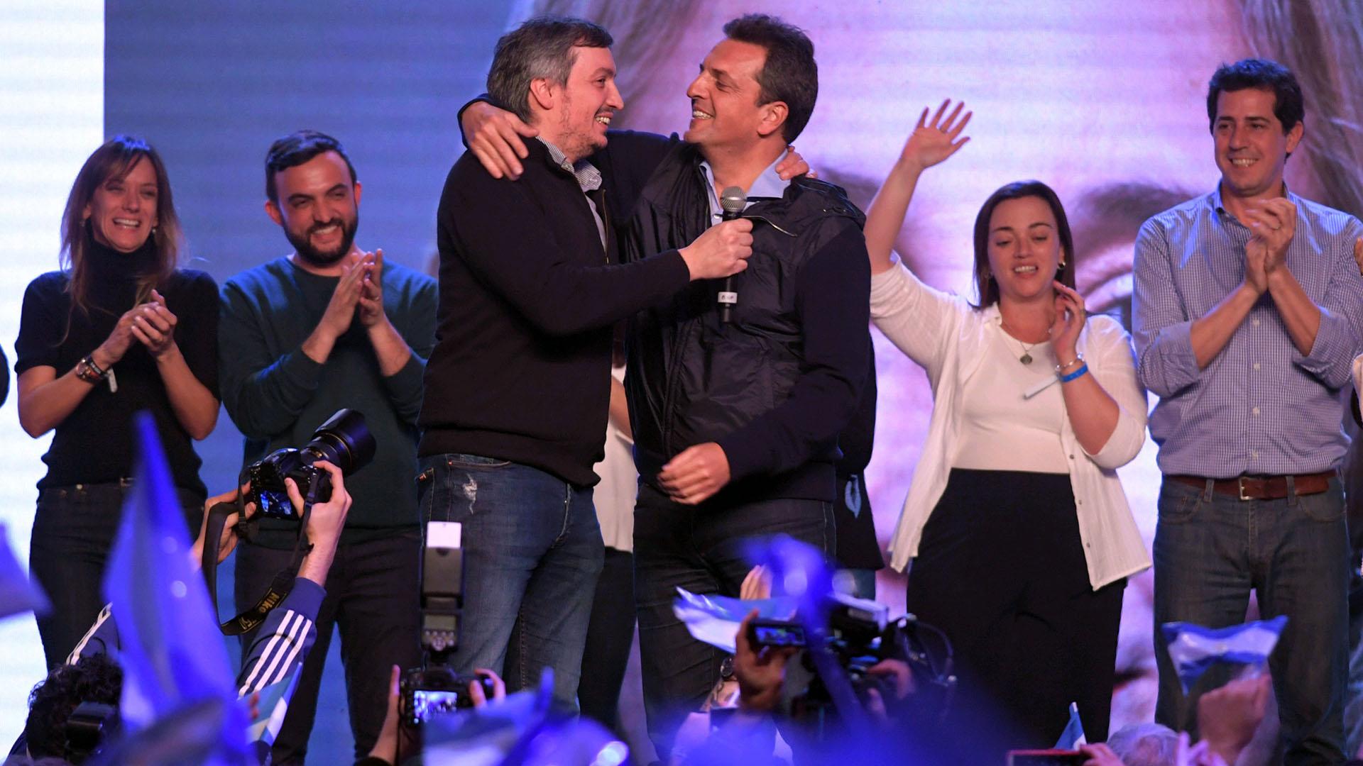 Máximo Kirchner y Sergio Massa se funden en un abrazo en medio de los festejos (Télam)