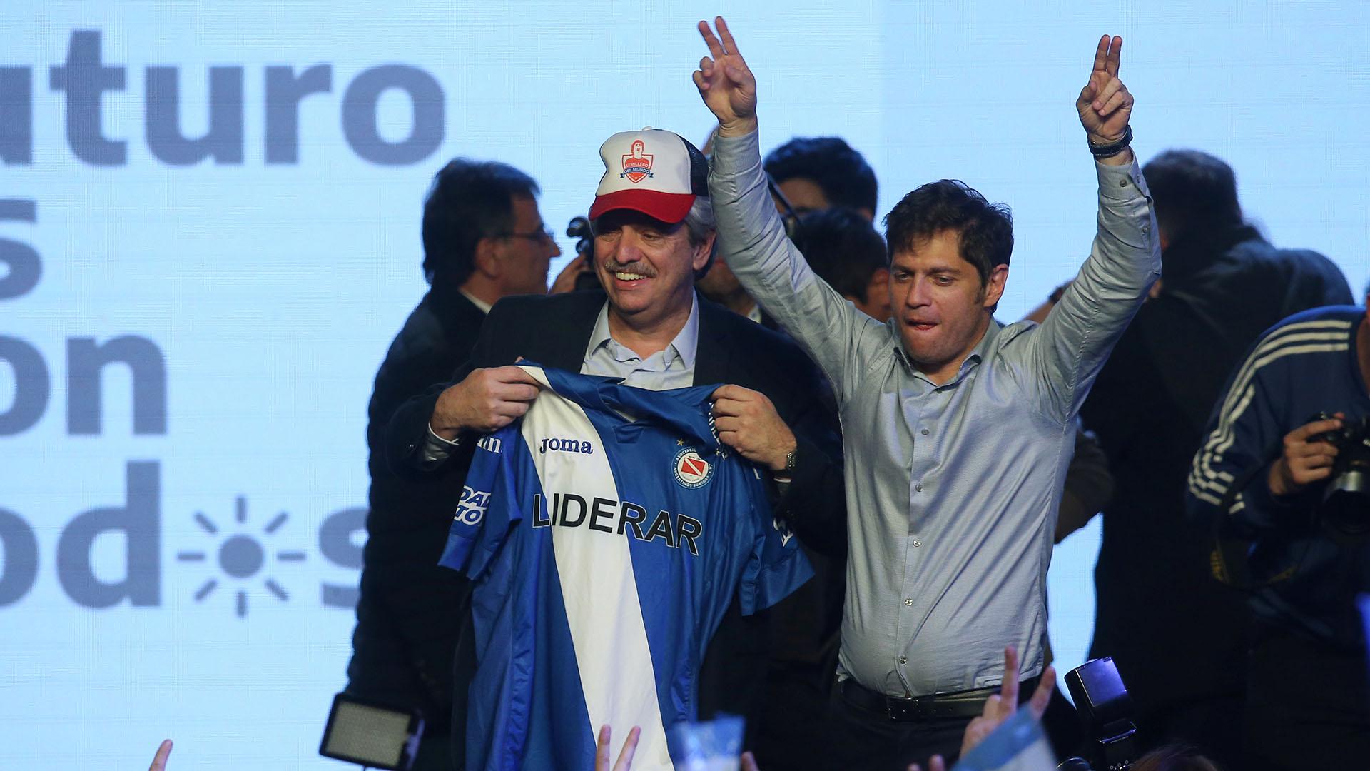 Alberto Fernández, con la camiseta de Argentinos Jrs., y Axel Kicillof, los dos grandes ganadores de las PASO 2019(REUTERS/Agustin Marcarian)
