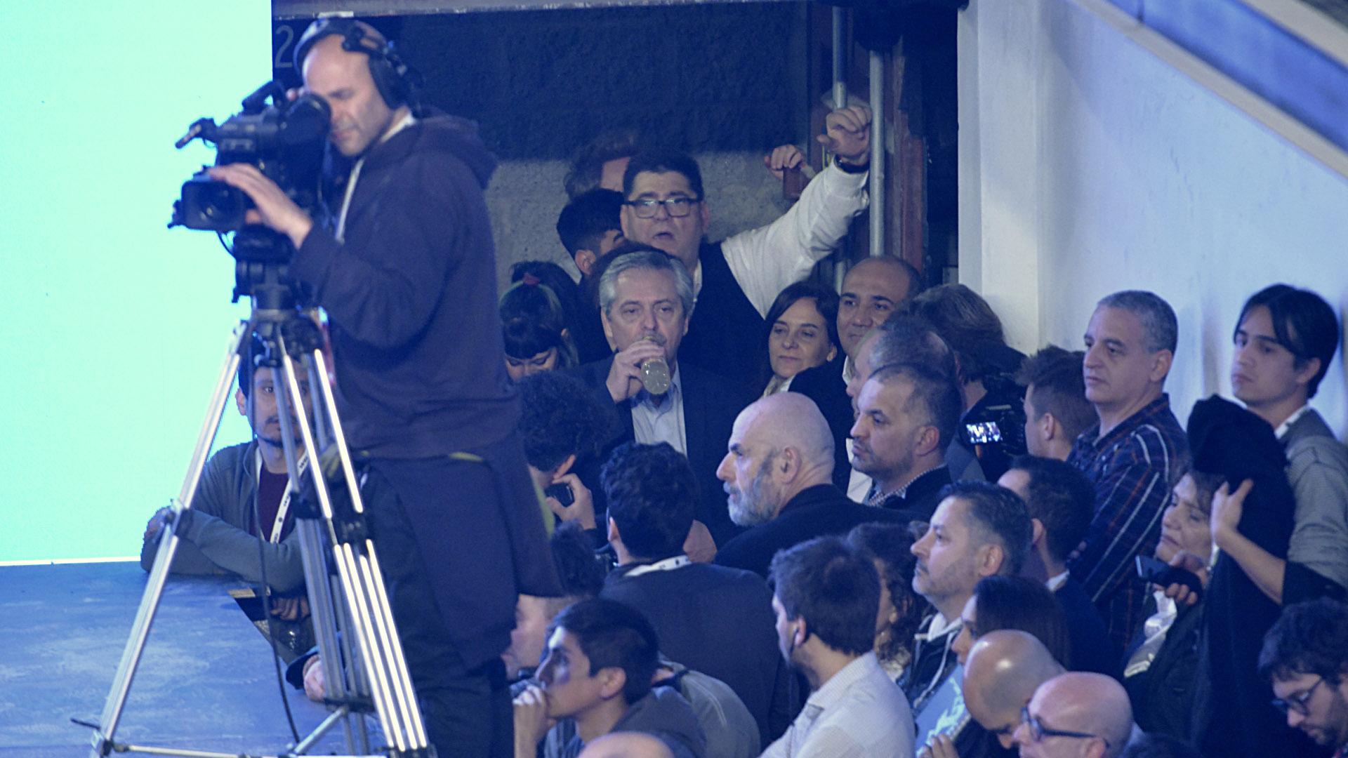Alberto Fernández, minutos antes de salir al escenario para celebrar la victoria en las PASO (Gustavo Gavotti)