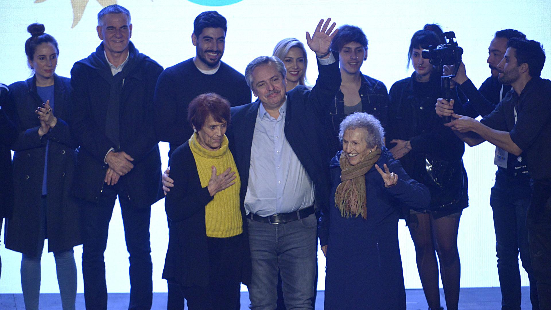Alberto Fernández salió al escenario en compañía de Taty Almeida (Madres de Plaza de Mayo) y de Lita Boitano (Familiares de Desaparecidos y Detenidos por Razones Políticas) (Gustavo Gavotti)