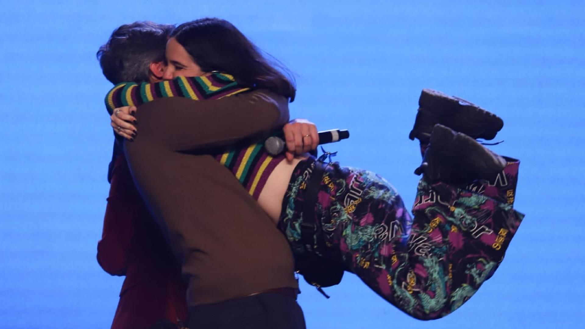 El efusivo abrazo de Matías Lammens y Ofelia Fernández, la candidata más joven del Frente de Todos