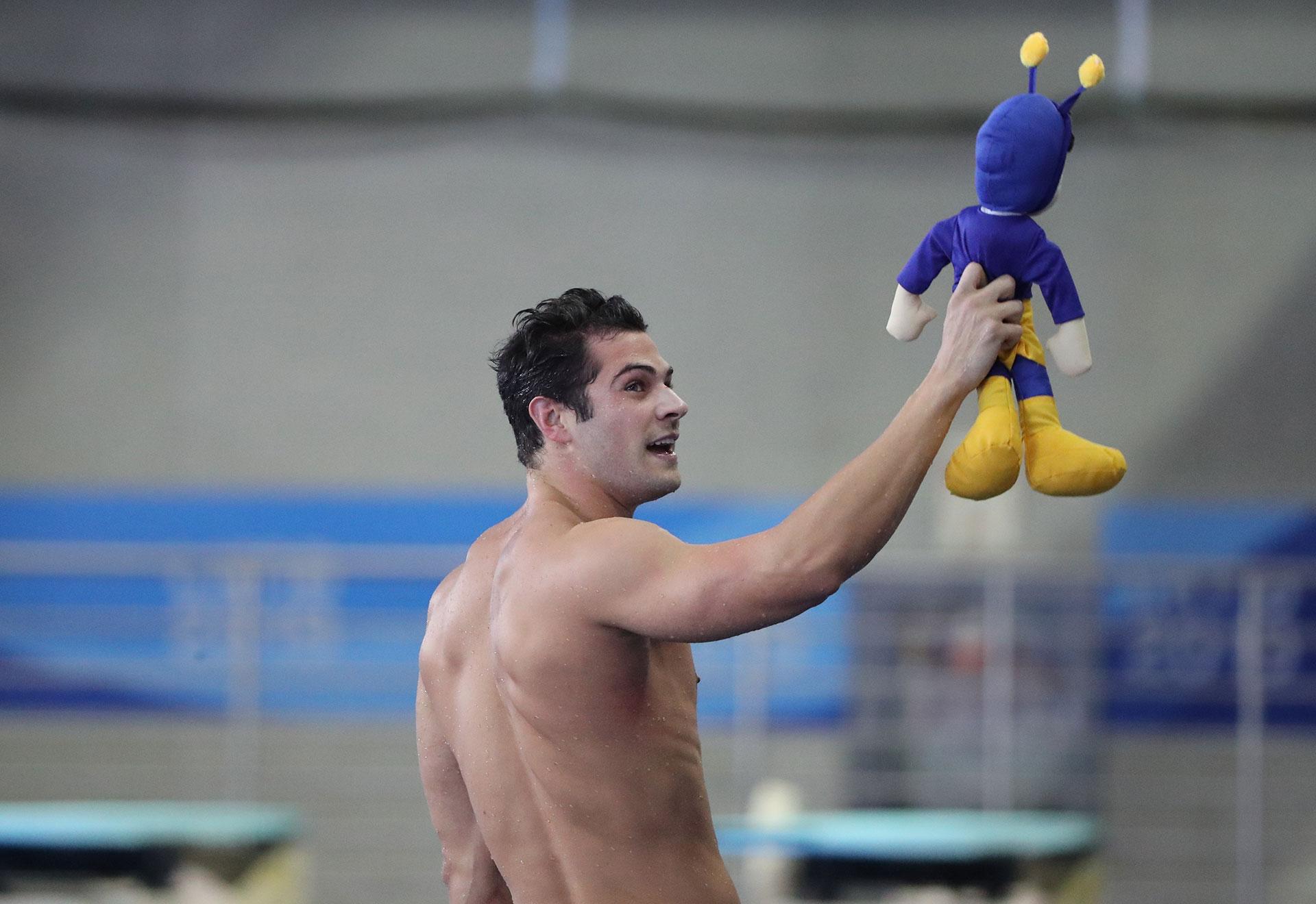El brasileño Marcelo Chierighini celebra tras ganar la final del los 100 metros estilo libre de natación masculinos