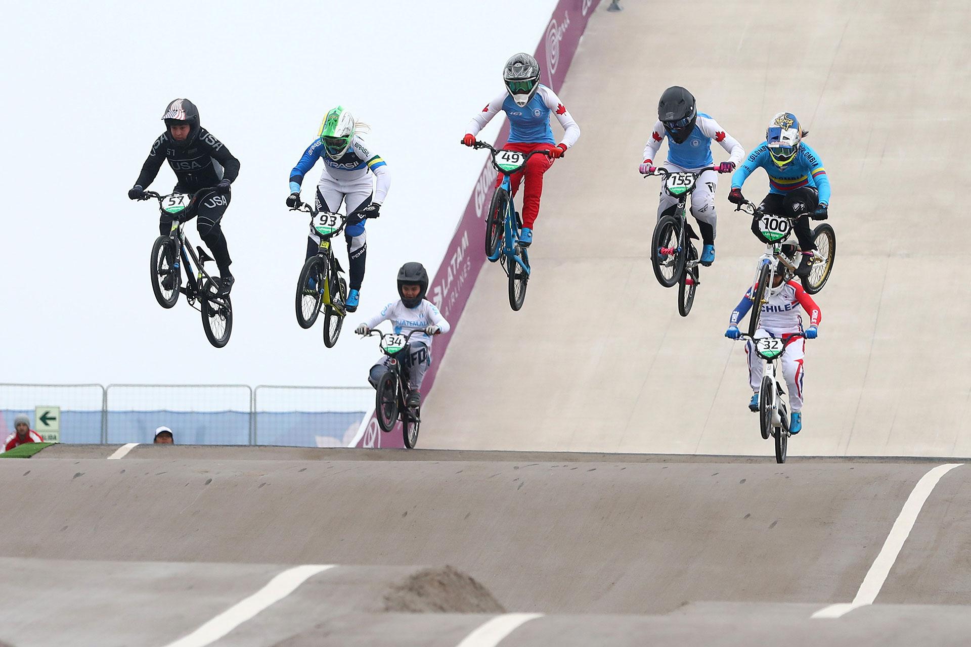 Los ciclistas vuelan en la prueba de BMX