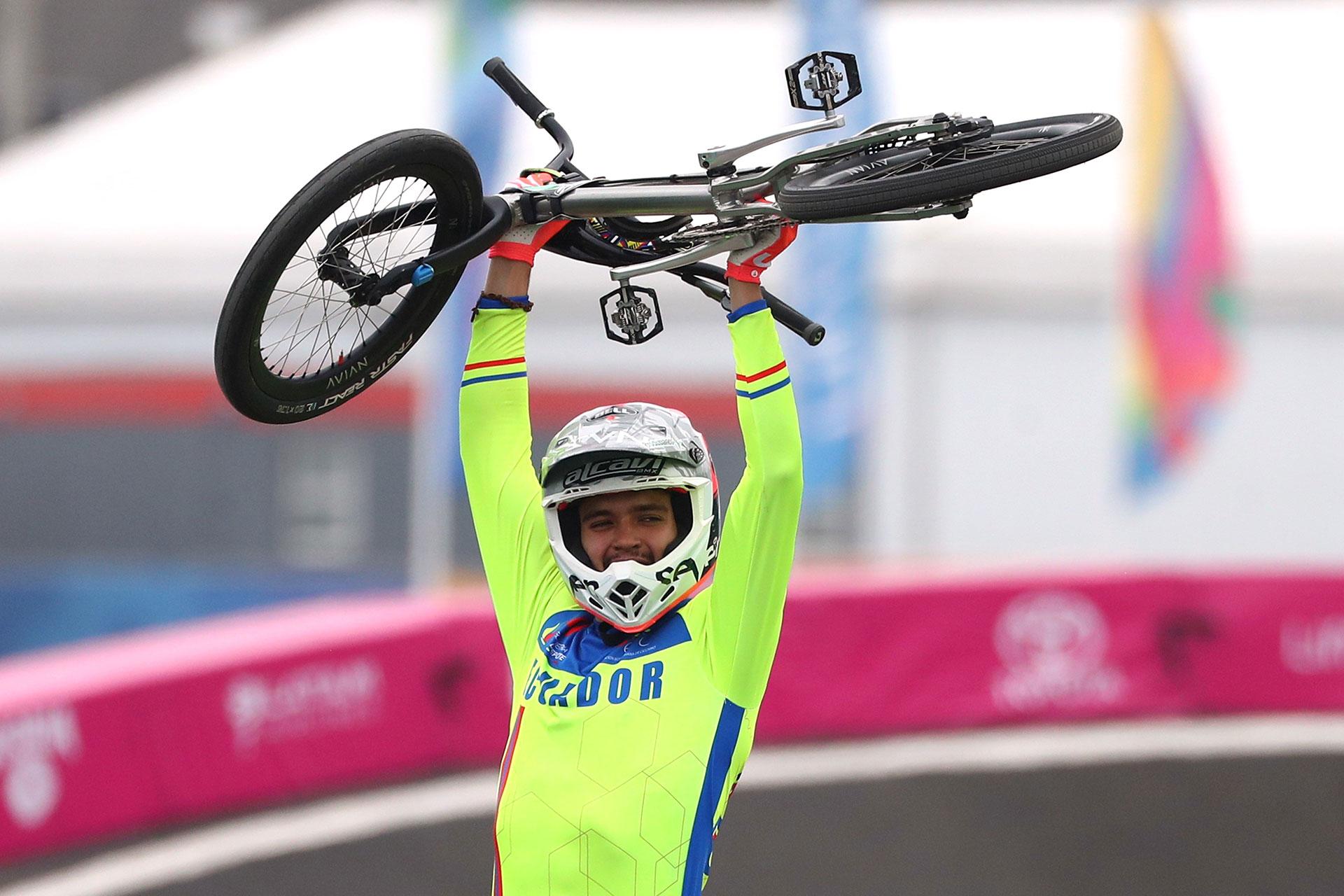 El festejo del ecuatoriano Alfredo Campo en BMX tras quedarse con el Oro