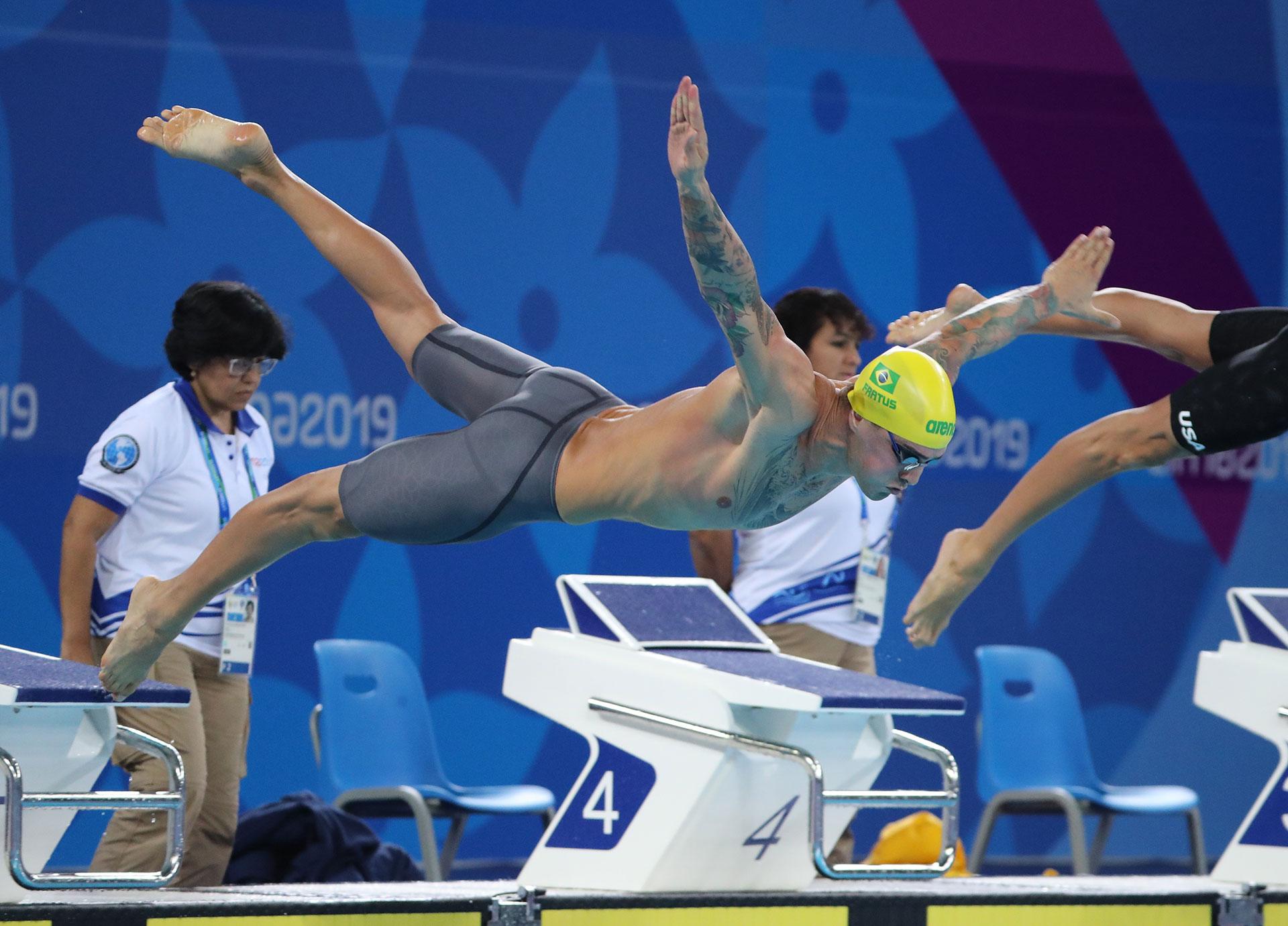 El brasileño Bruno Guiseppe Fratus se lanza a la pileta para competir en los 50 metros estilo libre masculinos de natación