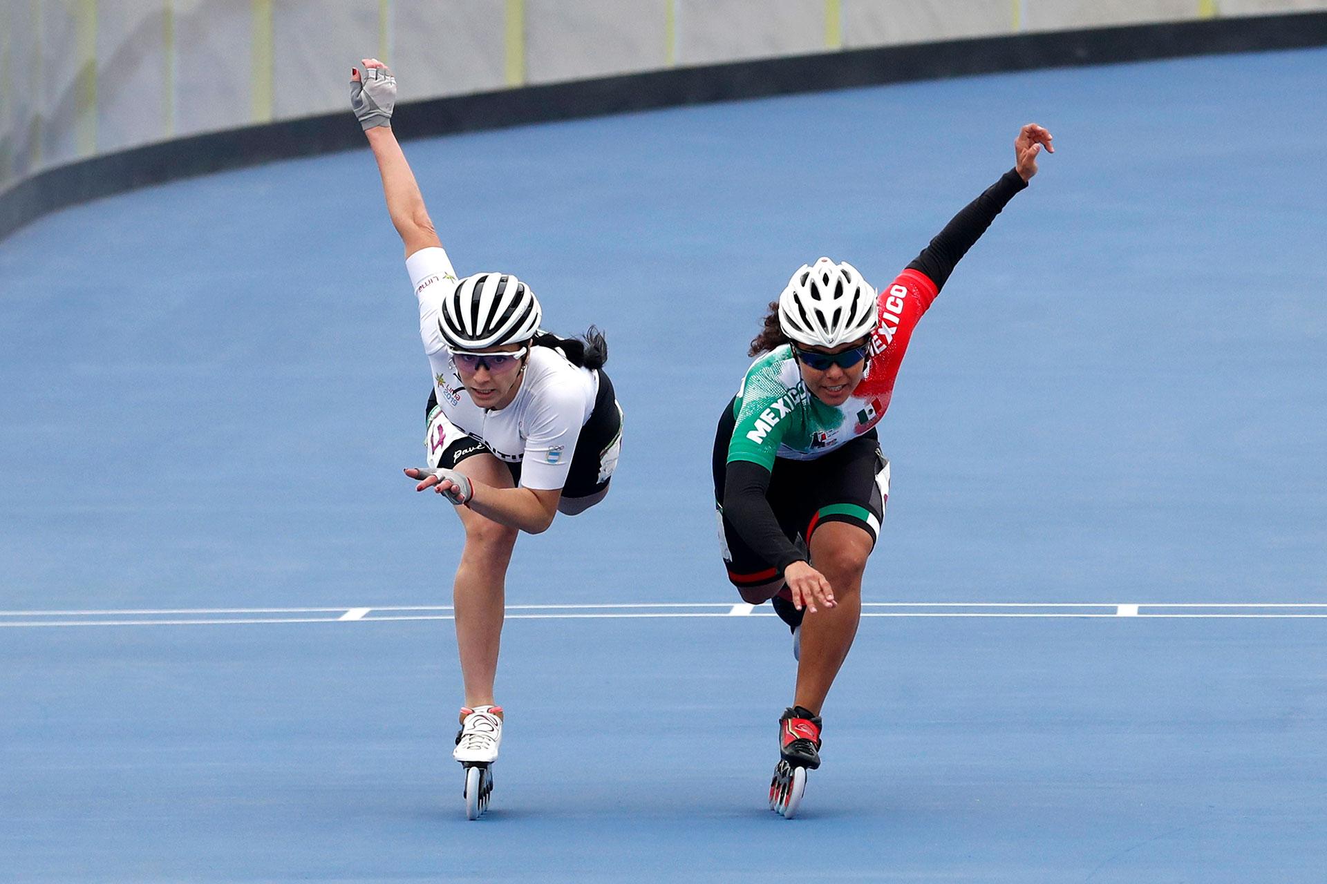 La mexicana Veronica Aracel Elias Alvarado y la argentina Maria Rodriguez López en acción en el patinaje de velocidad