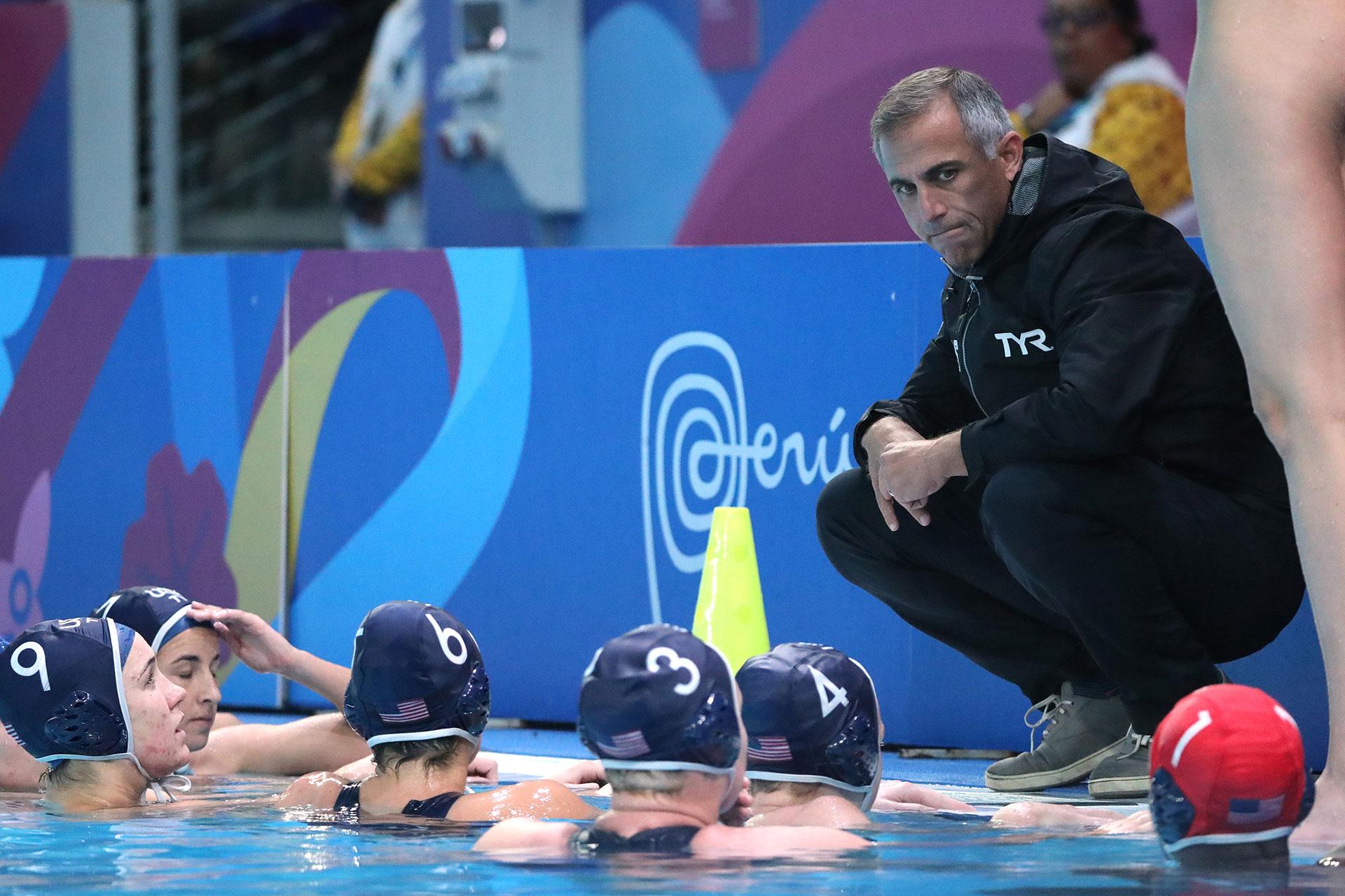 El técnico de Estados Unidos, Christopher Oeding, le habla a sus jugadores durante el partido ante Canadá de waterpolo