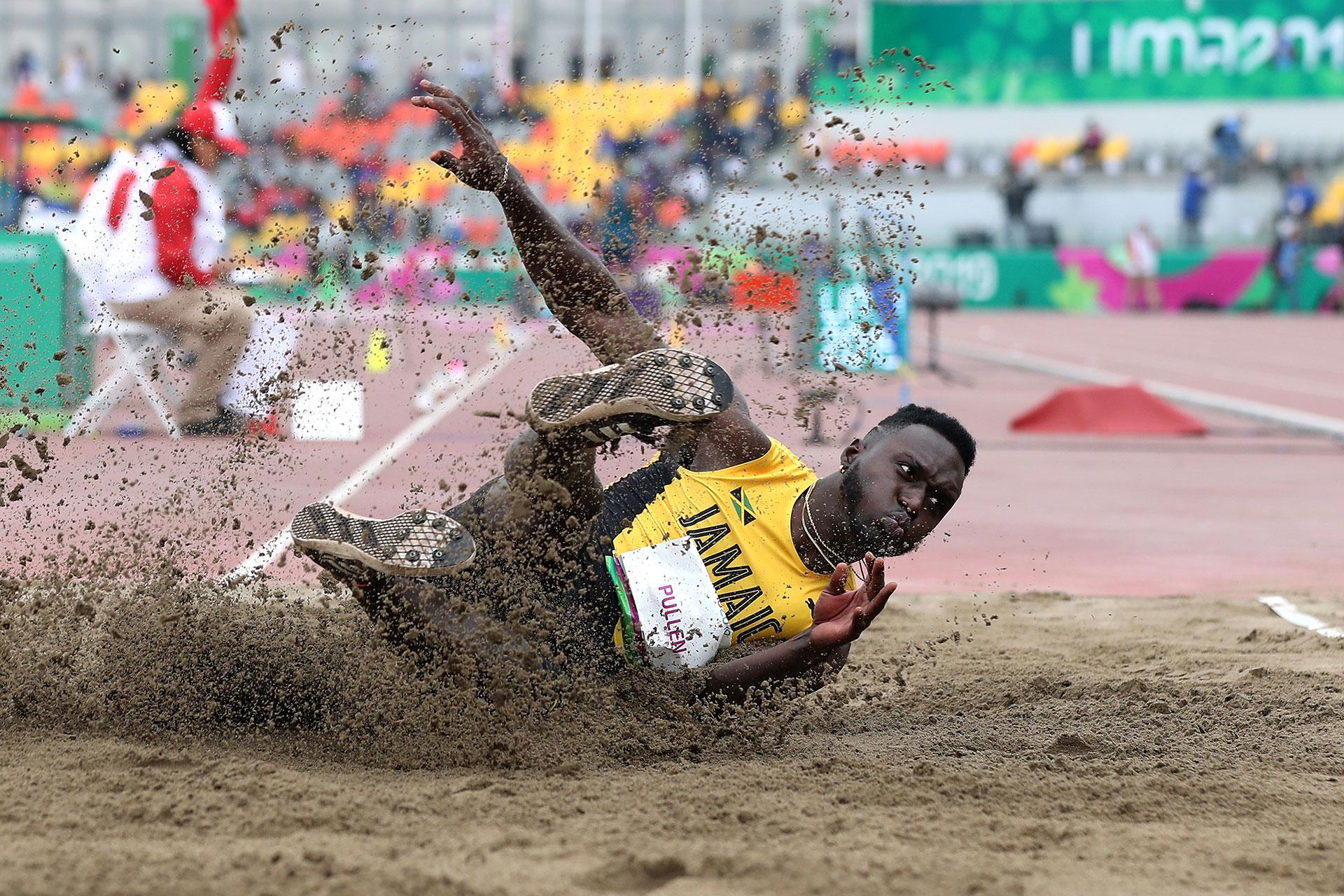 Clive Pullen, de Jamaica, ejecuta su salto triple