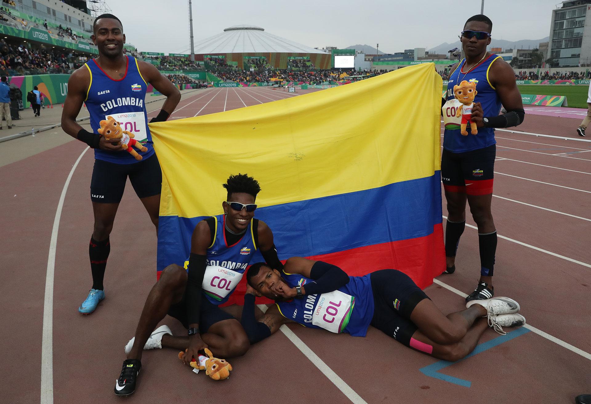 El equipo colombiano festeja su Oro en la posta 4×400