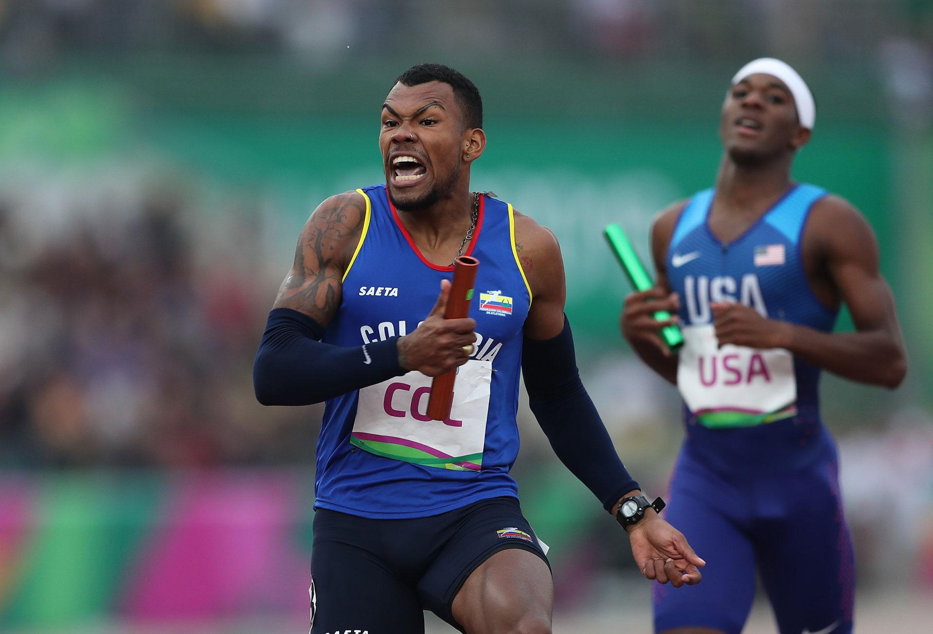 El colombiano Anthony Zambrano, al ganar la medalla de oro en la posta 4×400