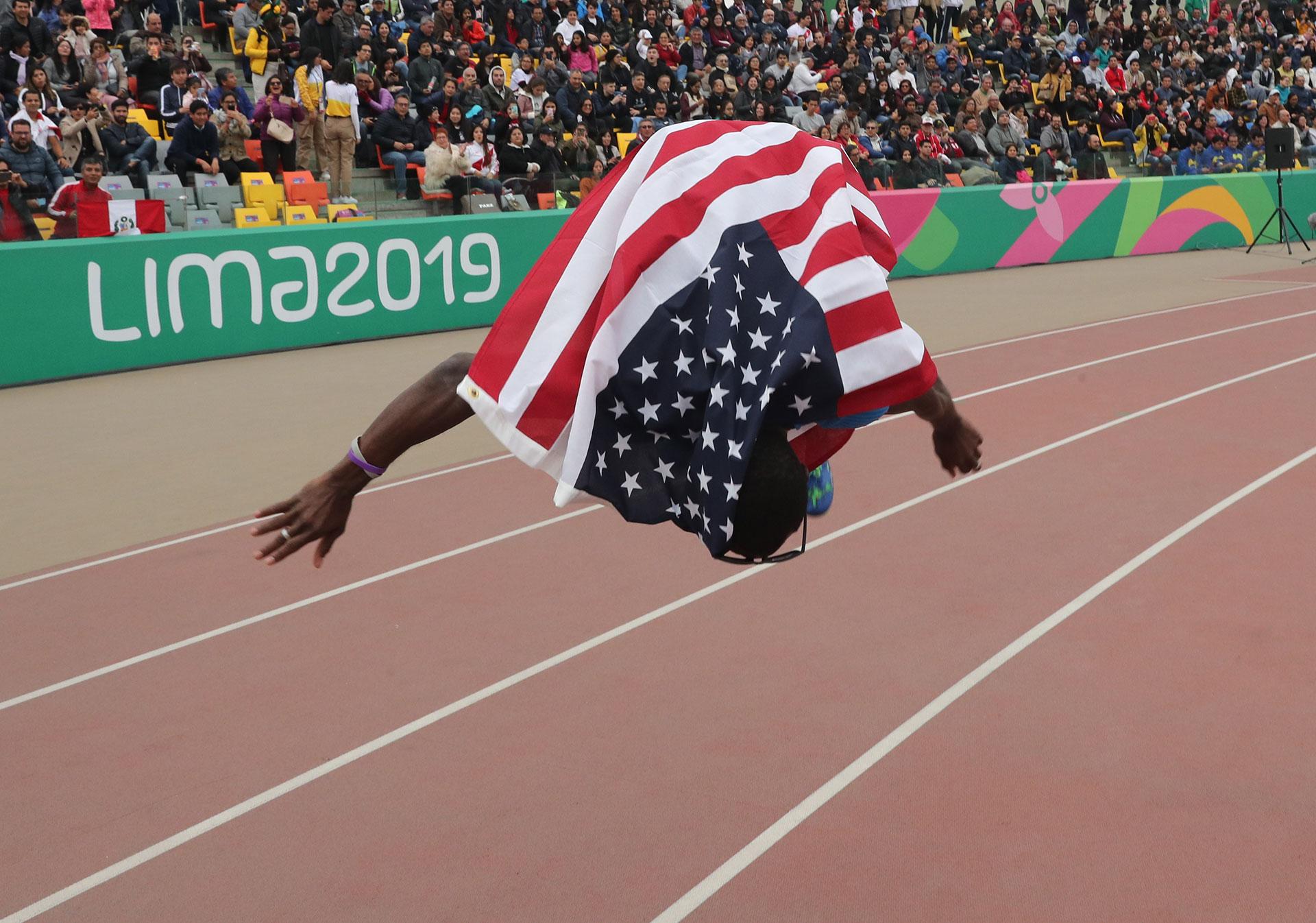 Omar Craddock, de Estados Unidos, celebra su triunfo en el triple salto