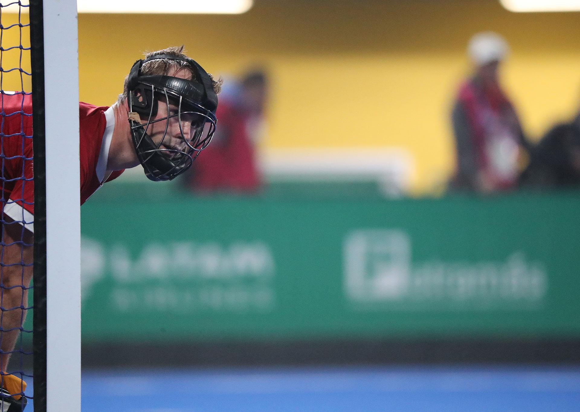 La mirada atenta del arquero de Canadá Gordon Mackenzi en la final del hockey sobre césped masculino ante Argentina