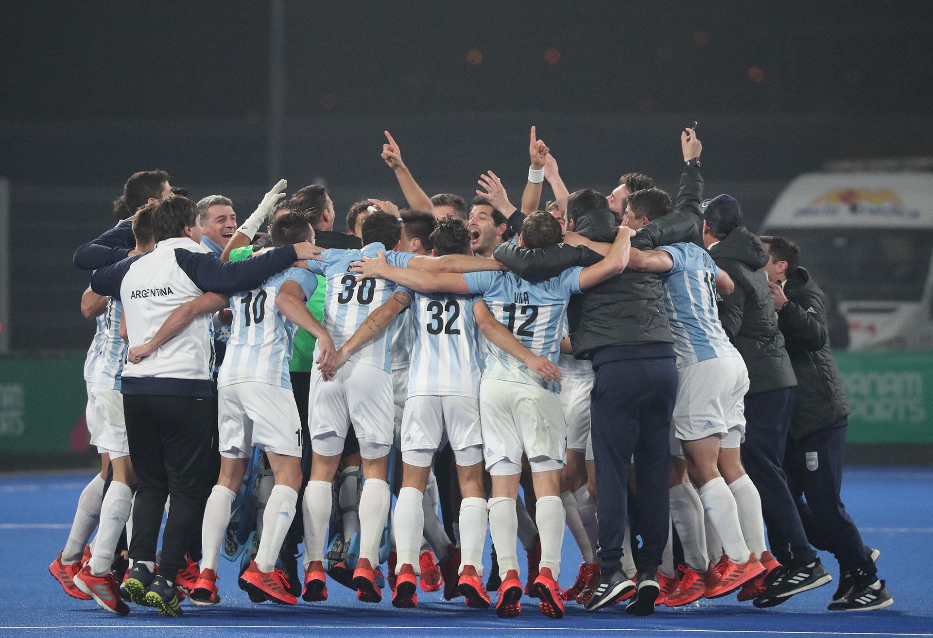 Los Leones, la selección masculina de hockey sobre césped de Argentina, festeja su medalla dorada