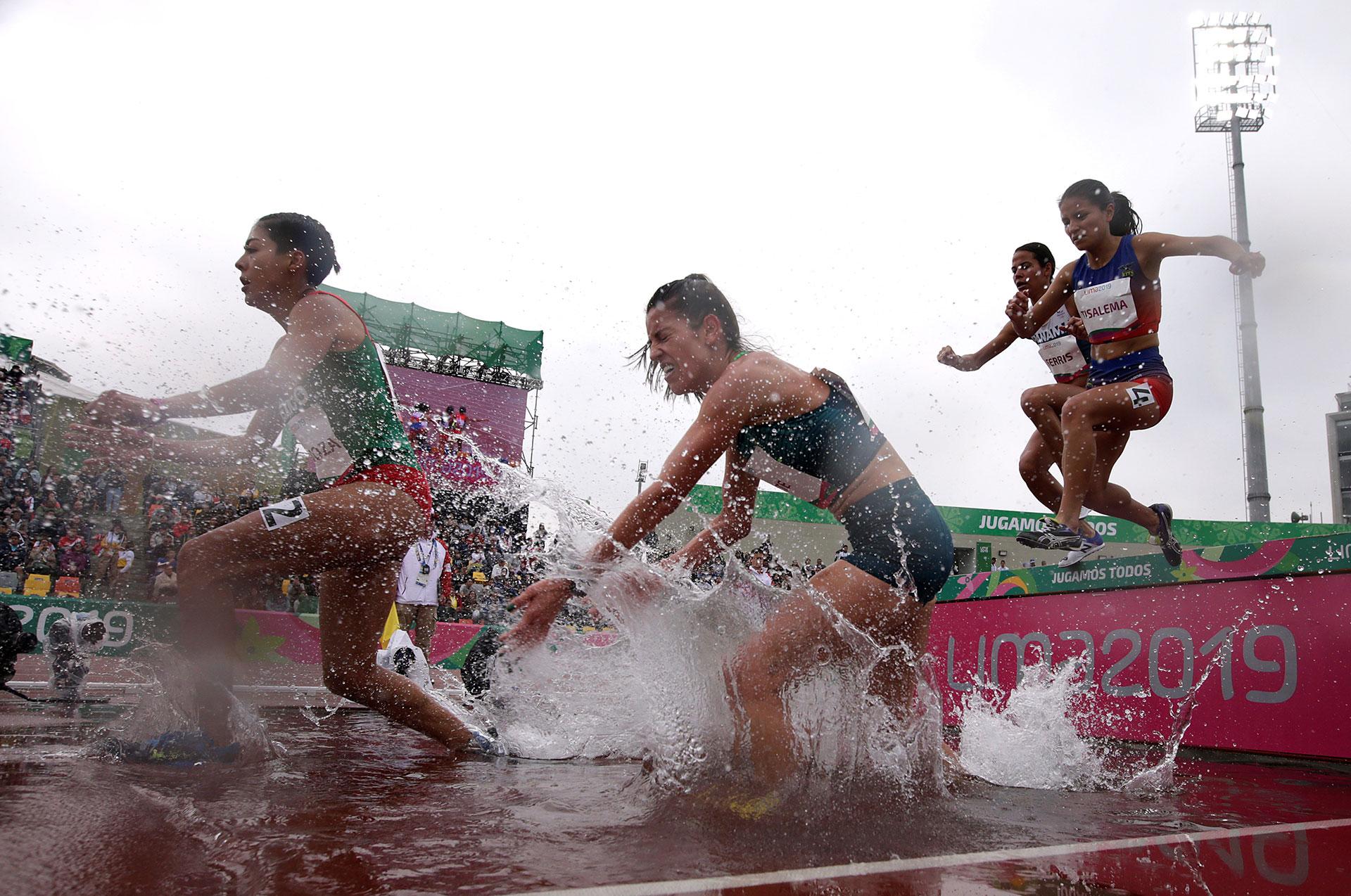 El esfuerzo de las atletas en los 3 mil metros con obstáculos