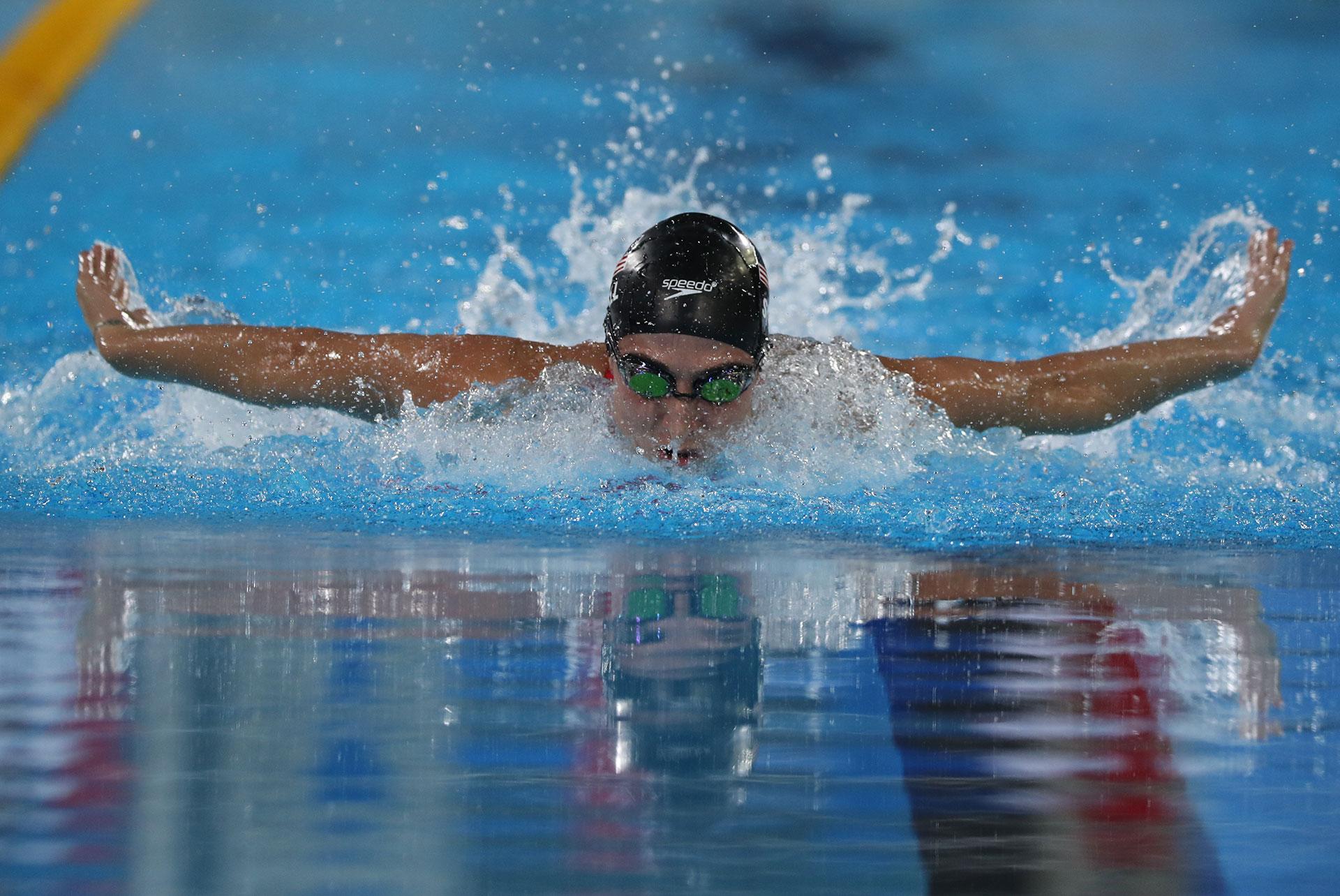 Meghan Small, de Estados Unidos, en acción en los 22 medley de natación