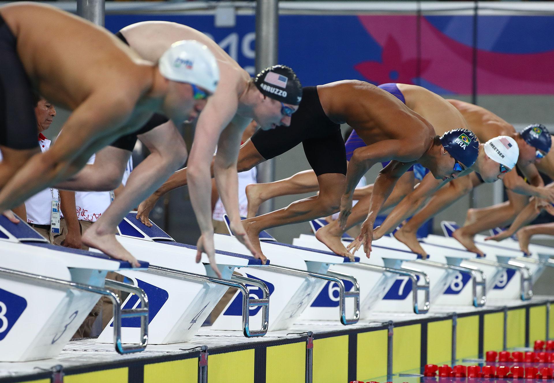Los nadadores se lanzan a la pileta para competir en los 200 metros medley