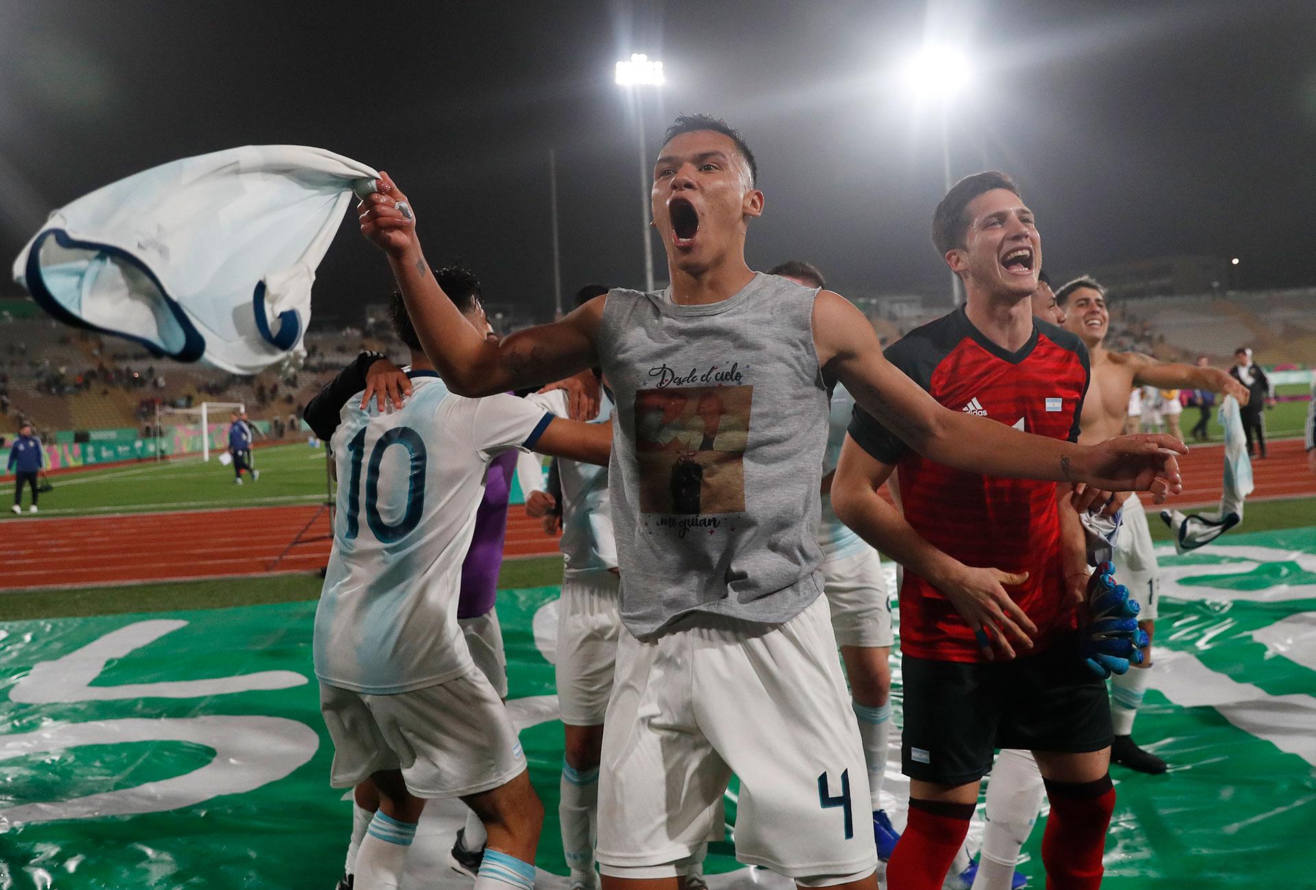 La selección argentina de fútbol celebra la medalla de Oro