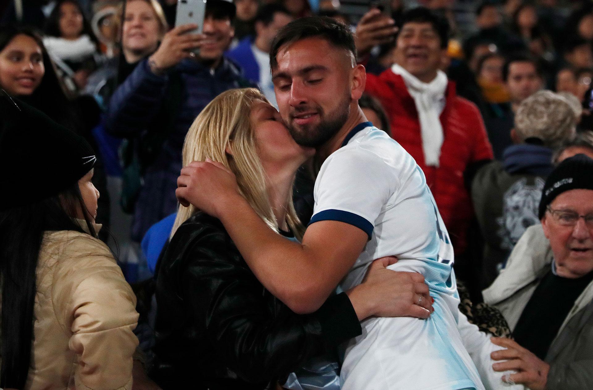 El futbolista argentino Nicolás Demartini recibe el beso de su madre tras ganar la medalla dorada