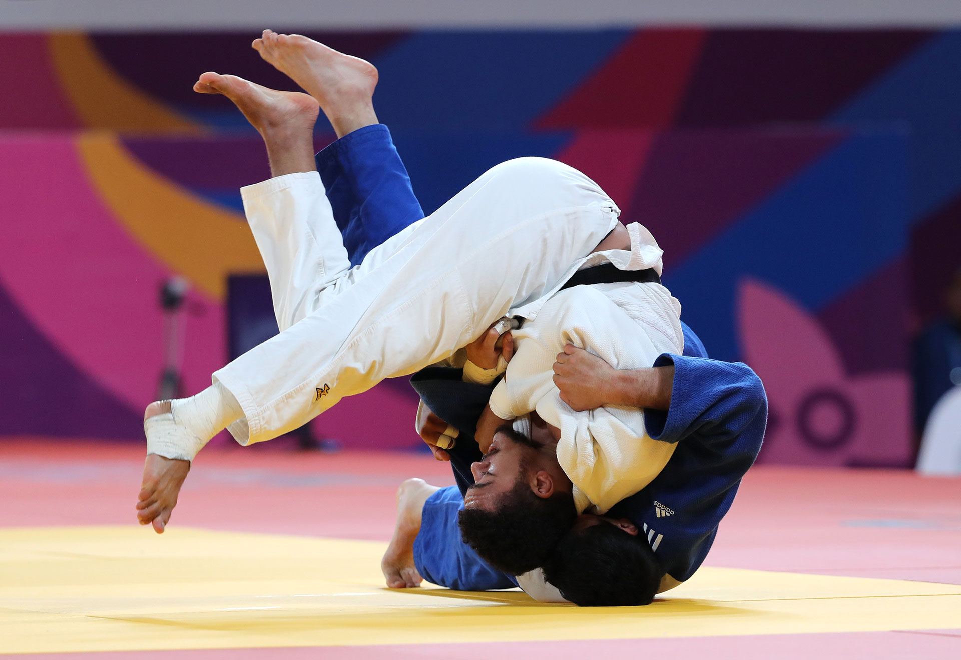 LA Smith, de Estados Unidos, y Thomas Briceno, de Chile, en acción por el Oro en judo