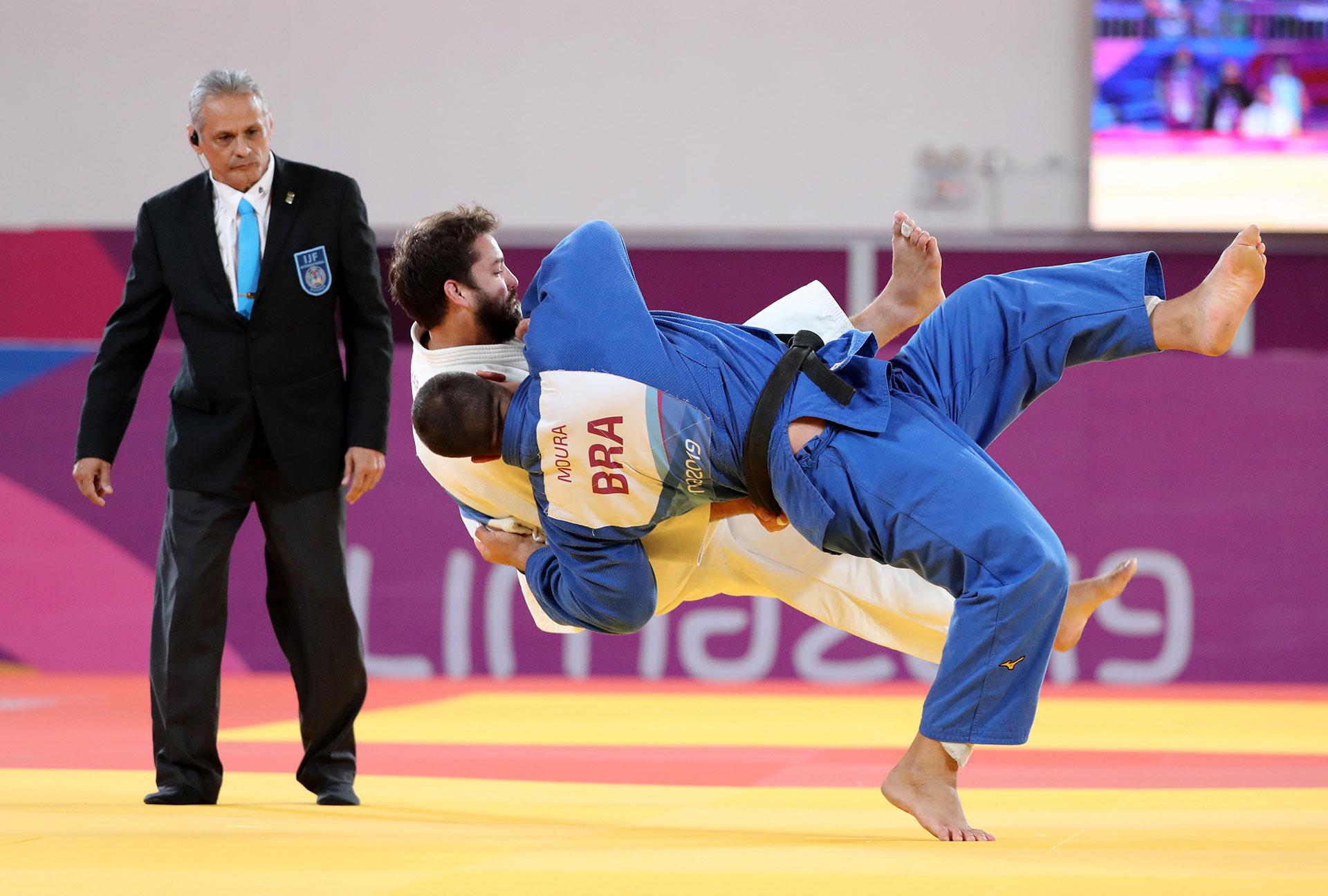 El combate por la medalla de bronce entre Ajax Tadehara, de Estados Unidos, y David Moura, de Brasil, en judo