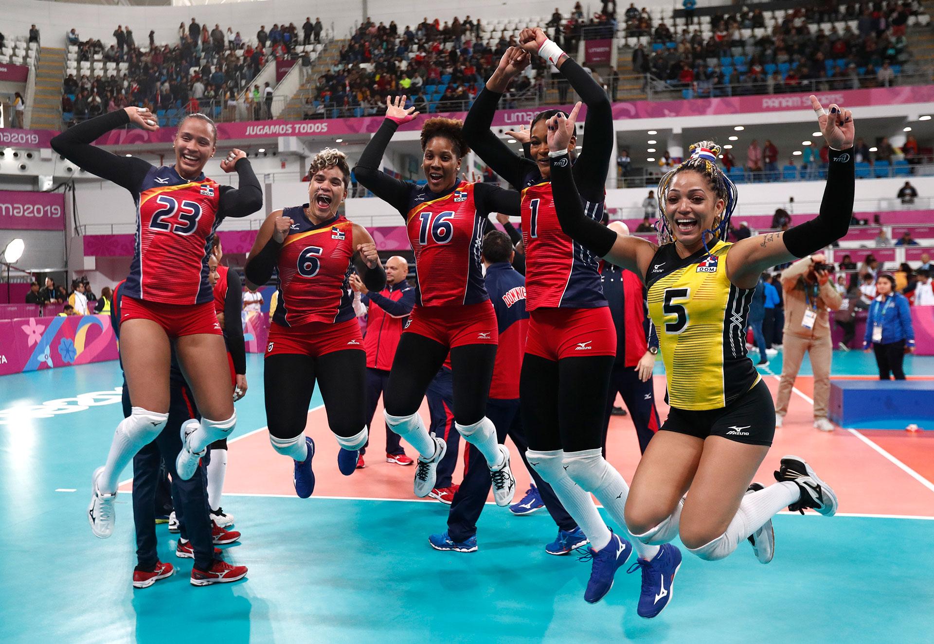 El equipo femenino de República Dominicana celebra su medalla de oro en el voley