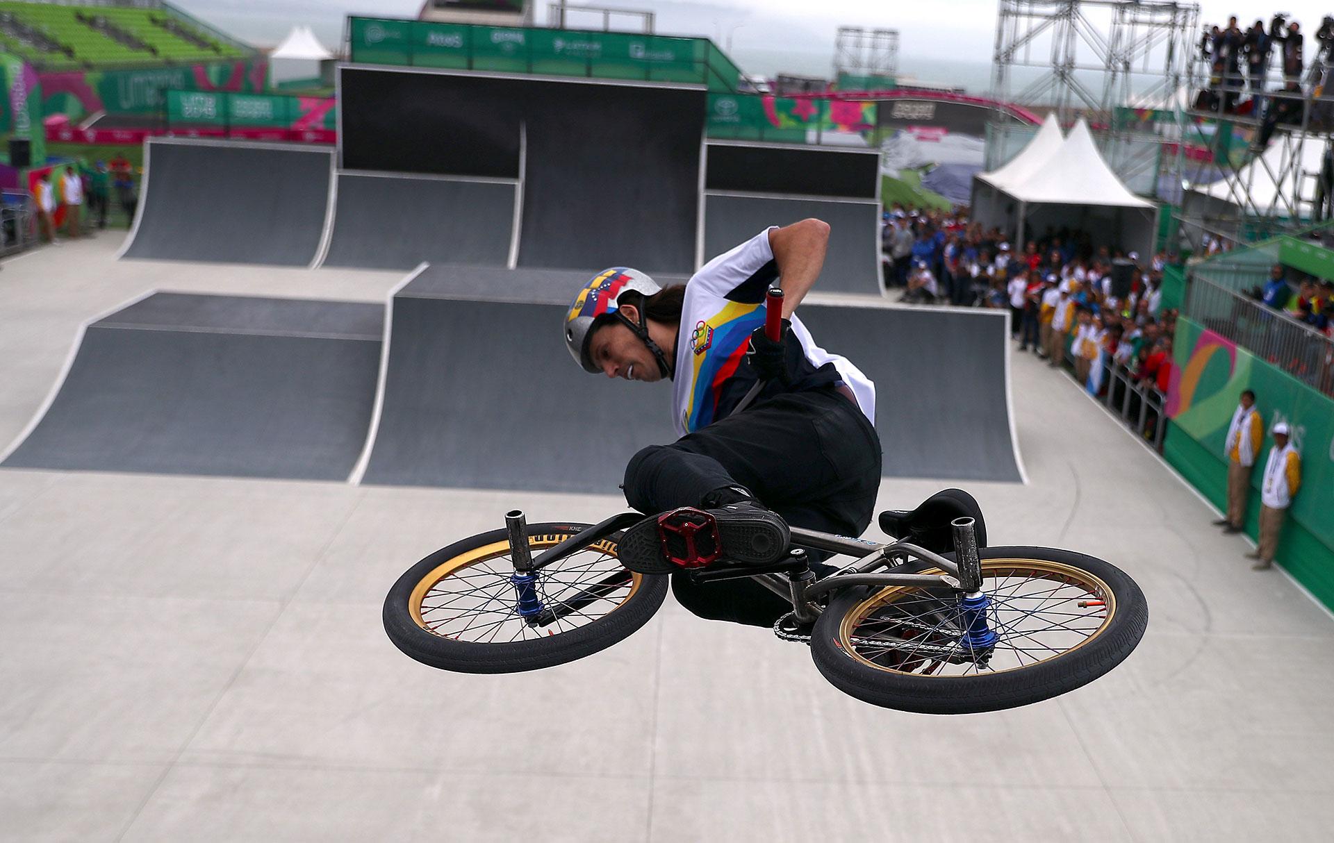 Daniel Dhers de Venezuela, en el BMX Freestyle