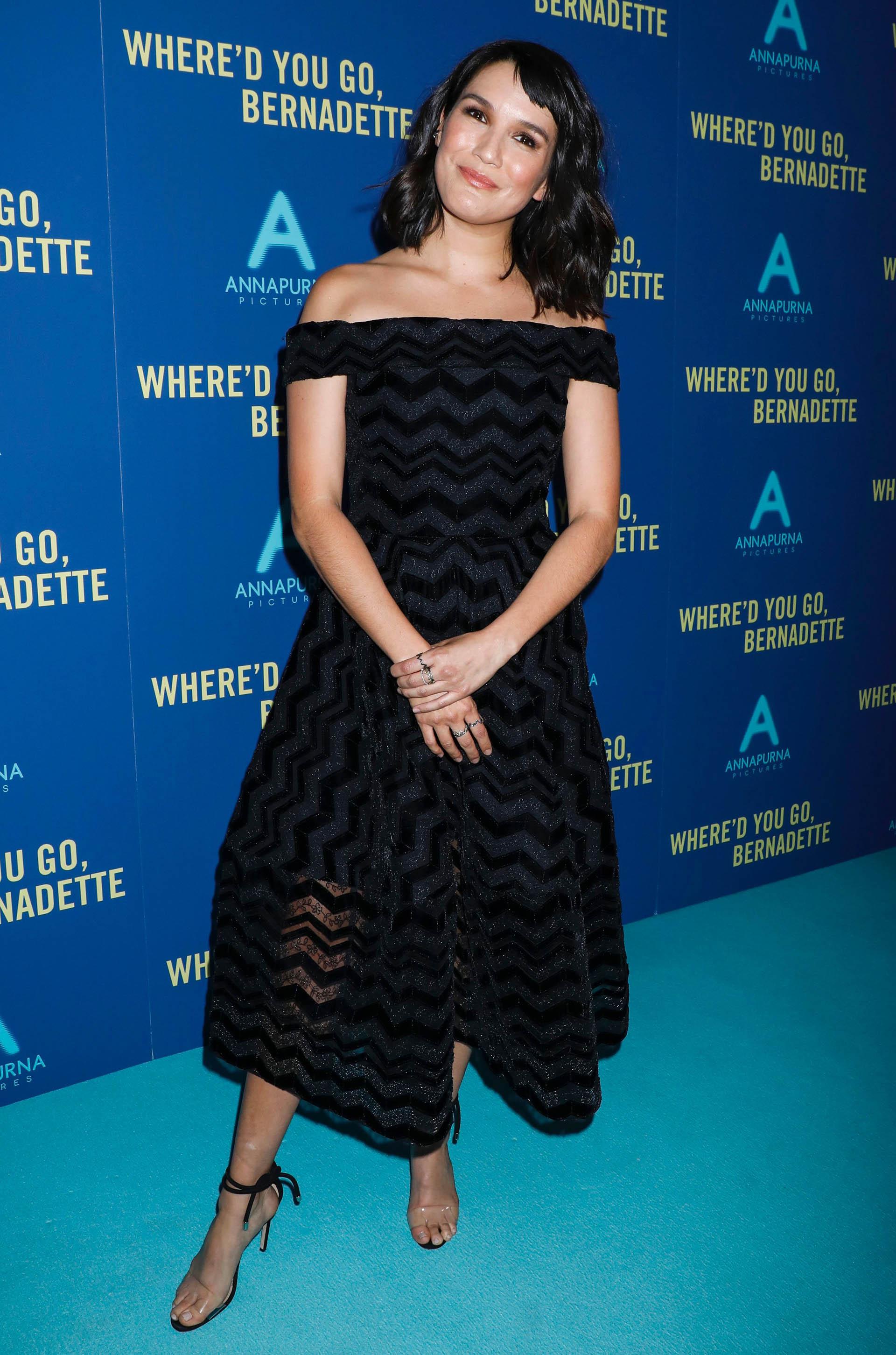 Zoe Chao con un vestido