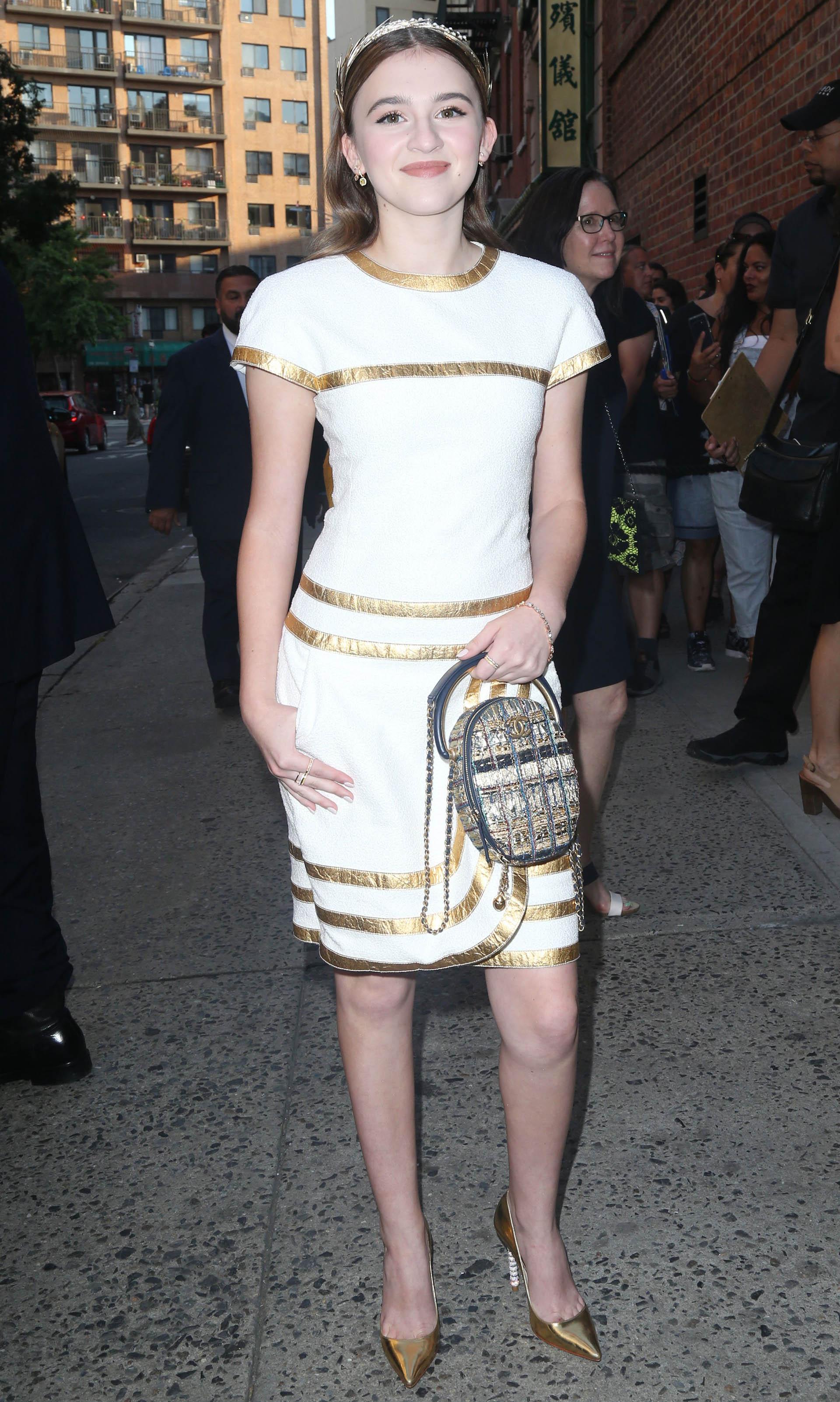 Emma Nelson optó por la tendencia combinada del blanco y el metalizado, un diseño de Chanel