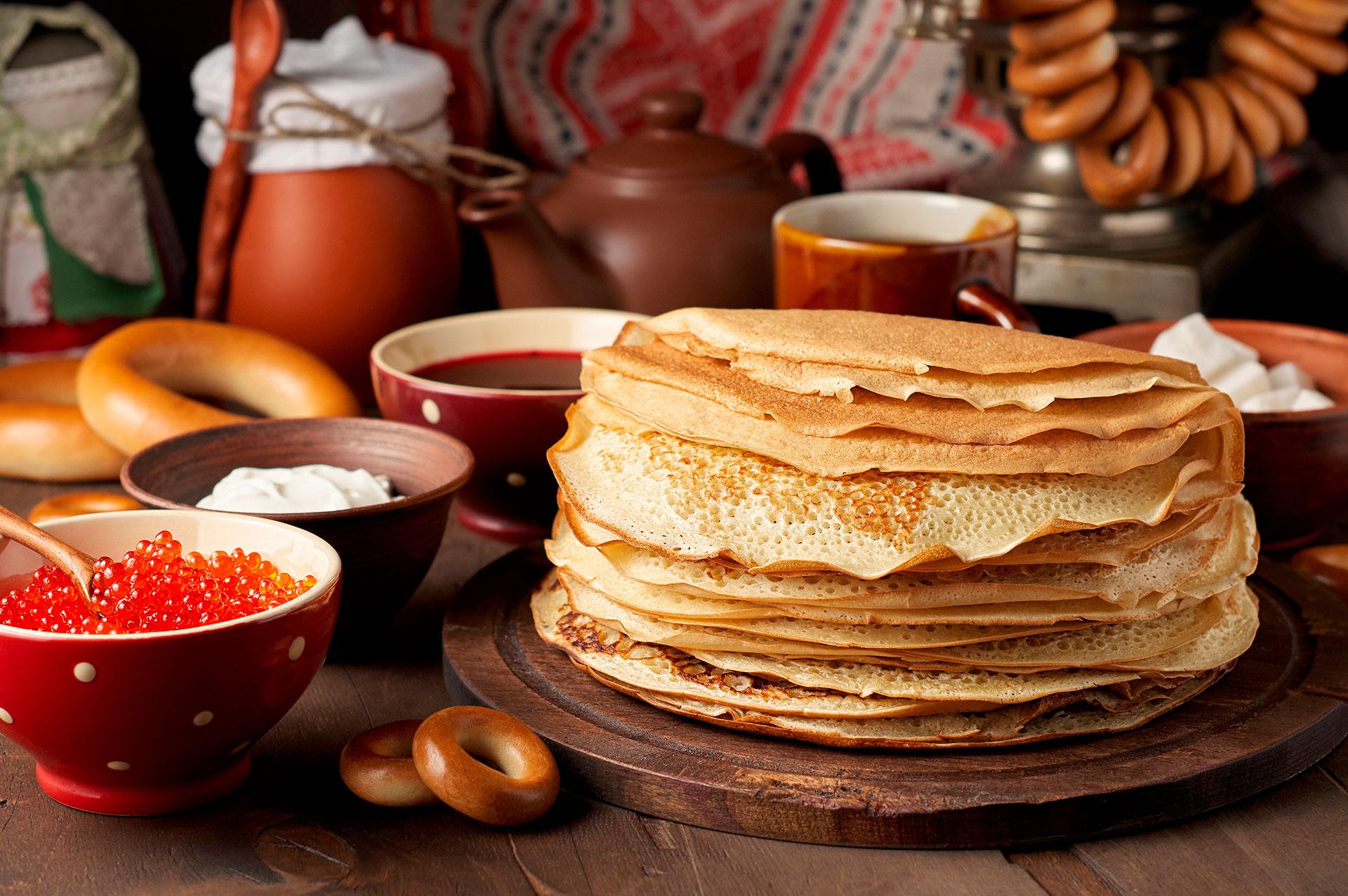 Los blinis son panqueques rusos delgados servidos con salsas dulces o saladas y a menudo acompañados con caviar rojo