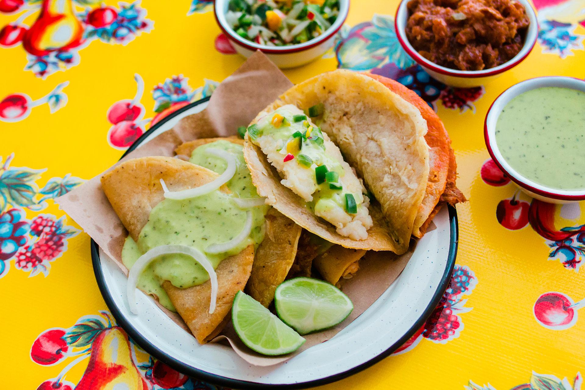 Infobae escogió algunas de las comidas más deliciosas alrededor del mundo para probar, en base a dos rankings internacionales realizados por expertos gastronómicos de la CNN e Insider.com .Los tacos son un componente principal de la cocina mexicana: tortillas enrolladas rellenas con trozos de carne o verduras, cubiertas con guacamole y salsa