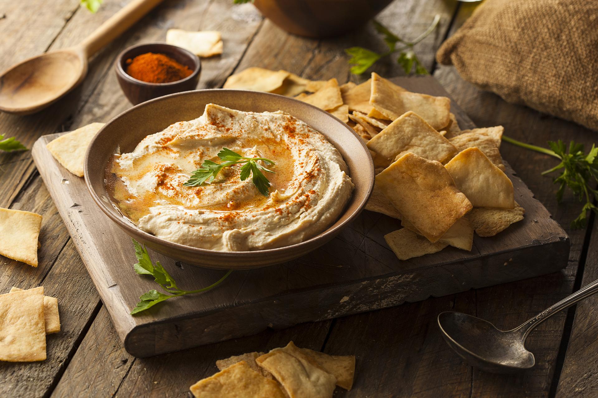 El hummus es una crema de puré de garbanzos de Medio Oriente, hecha con ajo, jugo de limón y tahini. La pasta se ha convertido en un elemento básico de las heladeras de todo el mundo