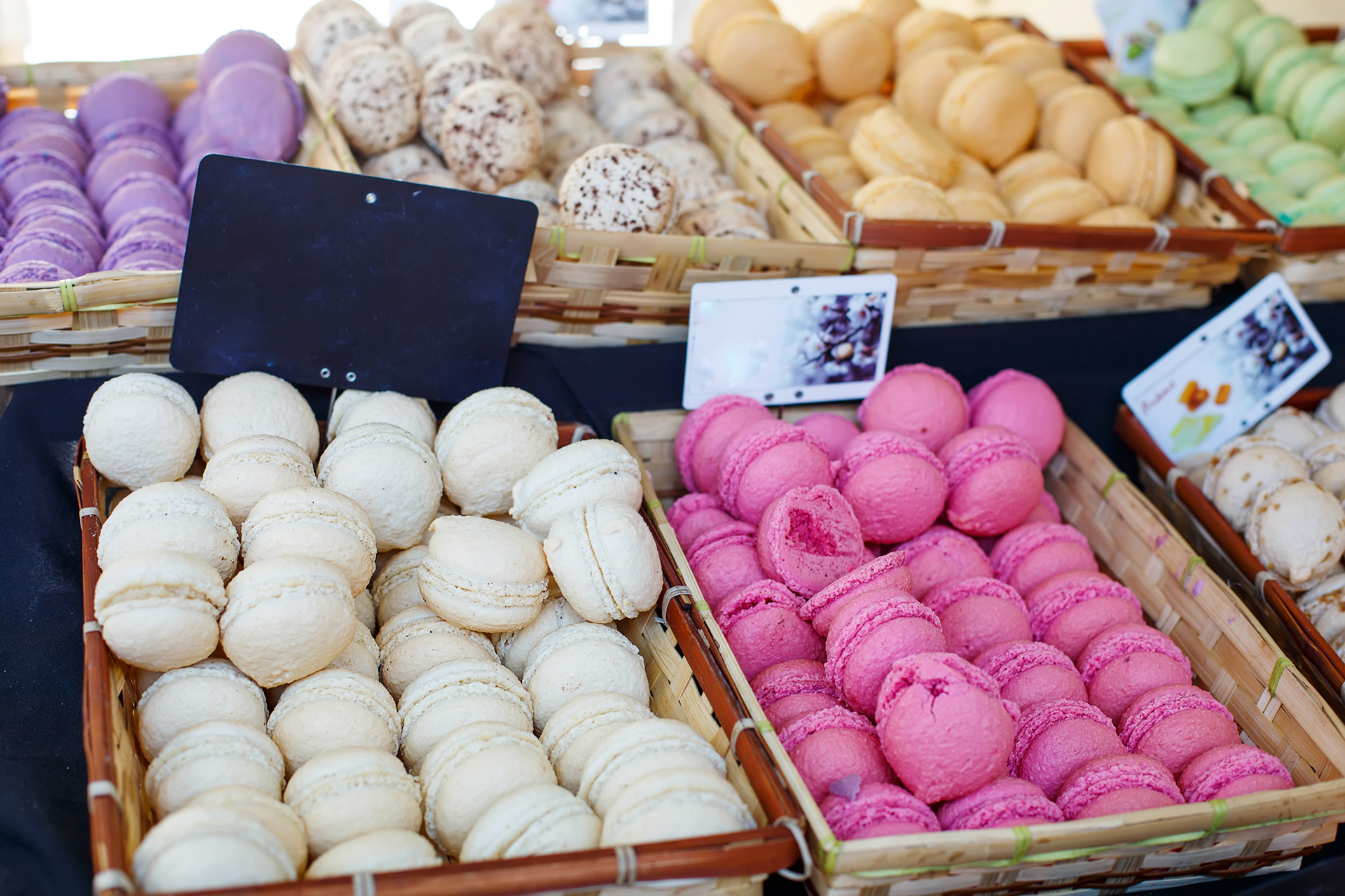 Los macarrones se originaron en Italia, pero los expertos creen que llegaron a Francia en el siglo XVI. La primera tienda de macarrones francesa fue Laudrée , que abrió en 1892 y ahora alcanza las principales ciudades gastronómicas del mundo