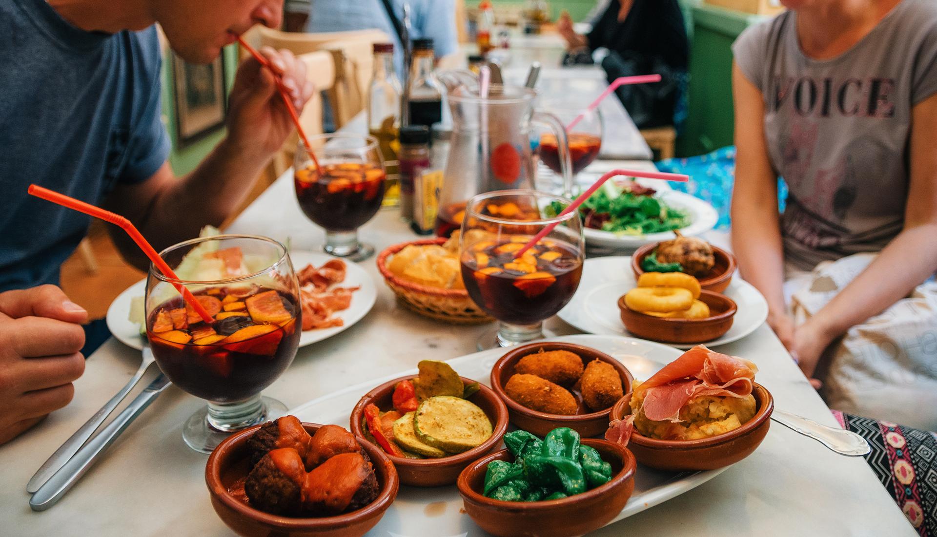 Todo amante de la comida debe experimentar una comida clásica de tapas españolas, una combinación de platos pequeños como pimientos asados, anchoas y otros platos locales