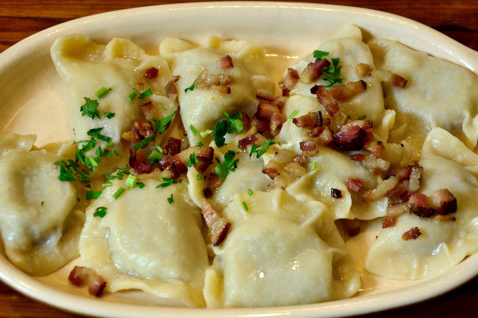 El pierogi es un plato tradicional polaco que se cree que se originó en el siglo XVII. Su relleno puede ser salado o dulce
