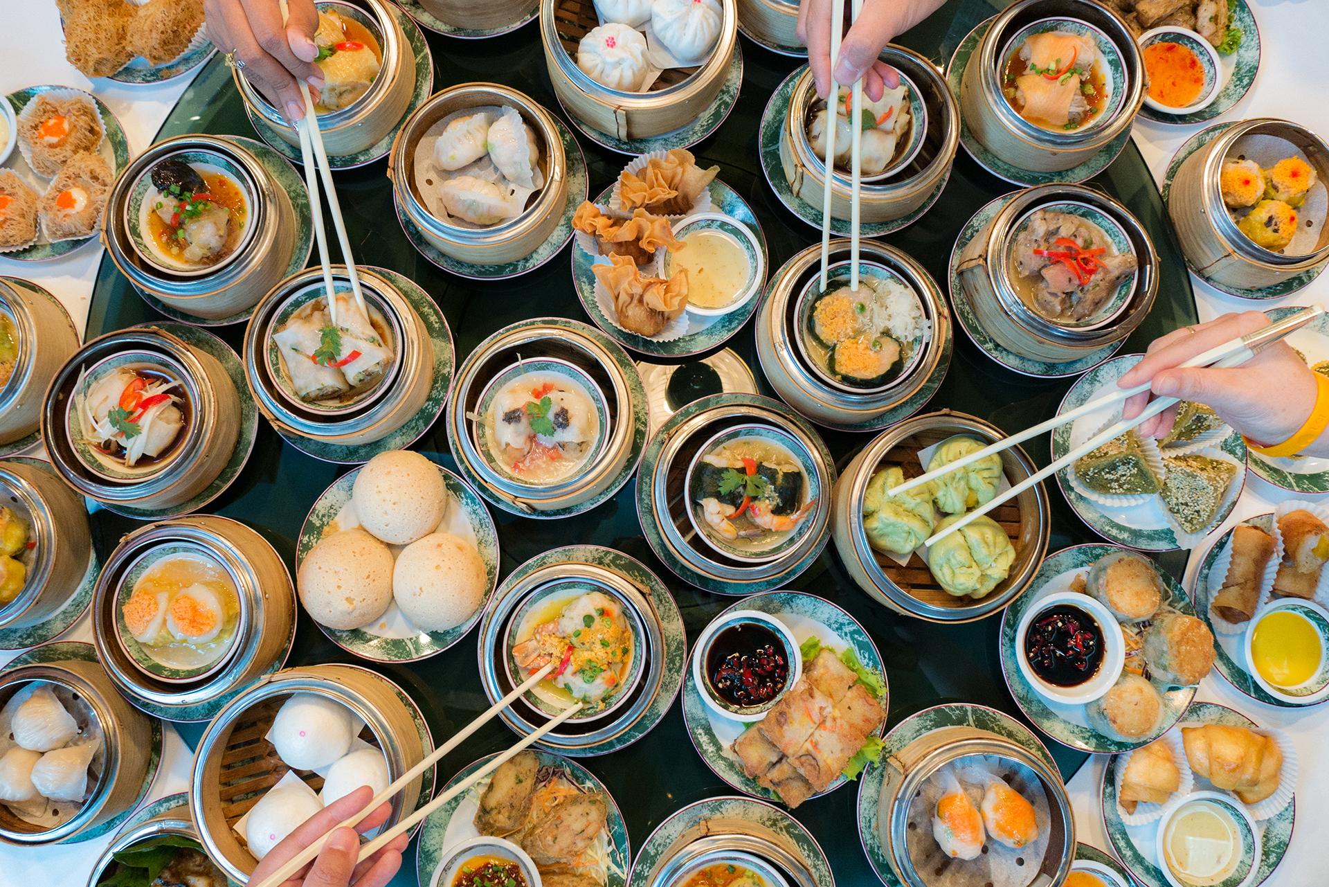 El dim sum es una comida china cantonesa de pequeños platos o canastas que suele servirse con té