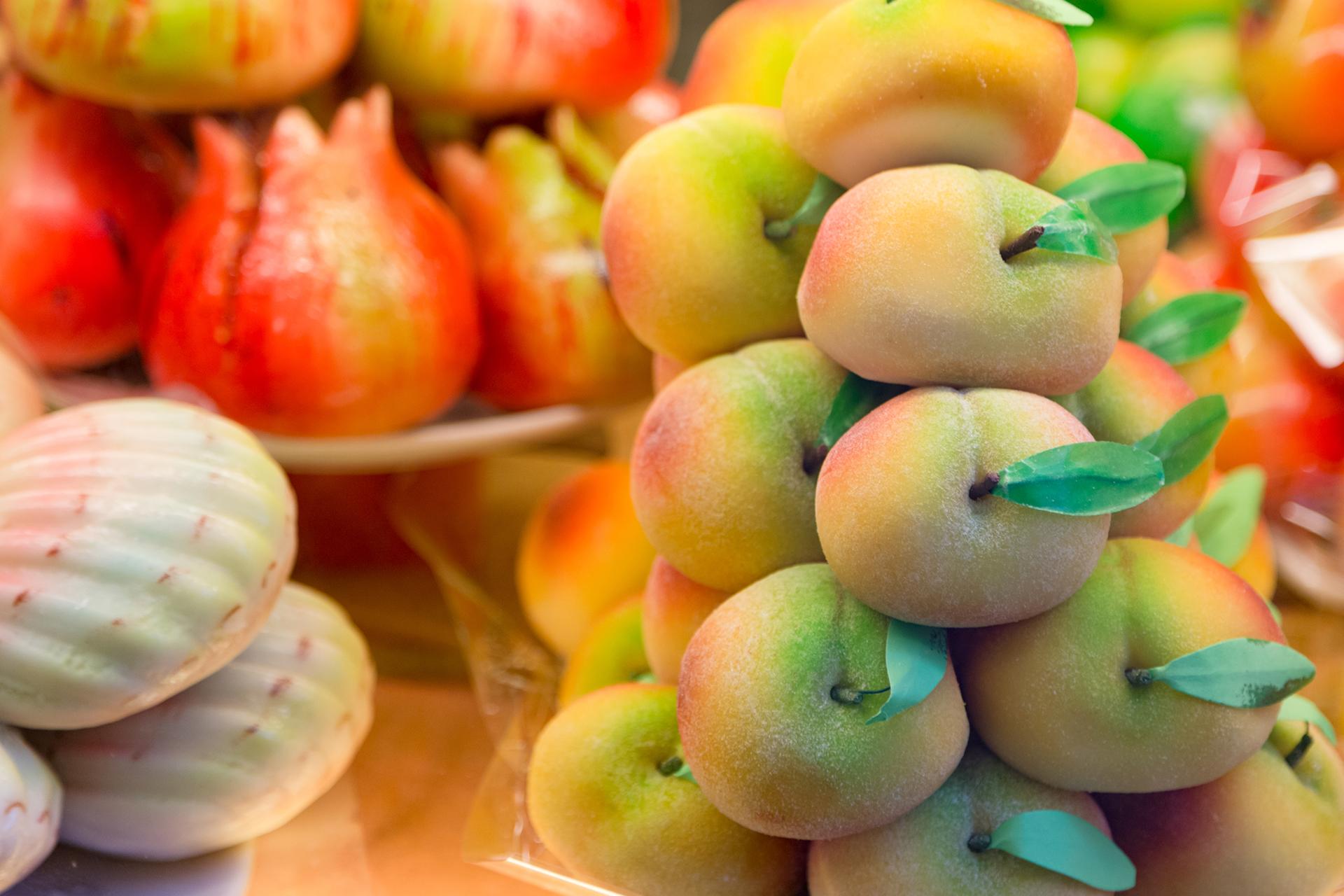 Los coloridos dulces de mazapán del emblemático mercado de comida de Barcelona, La Boquería, son uno de los preferidos de grandes y chicos