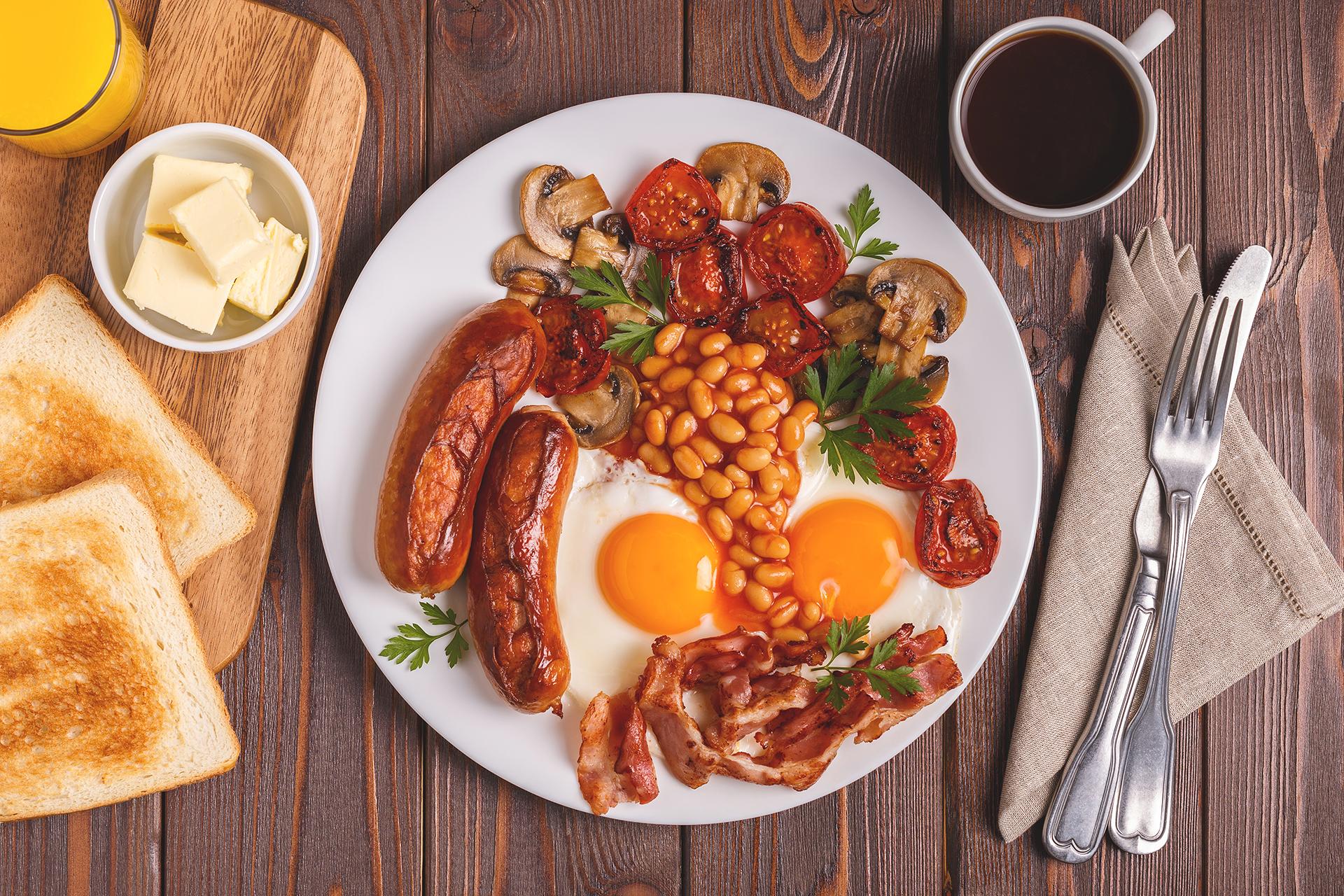 El famoso desayuno inglés completo tiene un poco de todo, desde papas hash, frijoles horneados, verduras asadas, salchichas y huevos