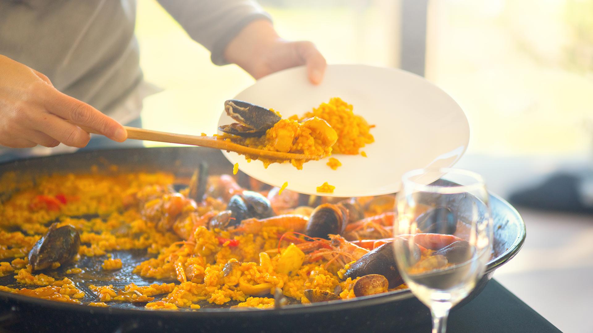 Paella española: los camarones, la langosta, los mejillones y las sepias se combinan con arroz blanco y varias hierbas, aceite y sal en este exquisito plato valenciano
