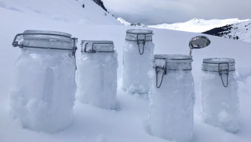 En esta foto sin fecha proporcionada por el Centro Helmholtz para Investigaciones de Osos Polares y Vida Marina, del Instituto Alfred Wegener, se ven muestras de nieve de Tschuggen, Suiza, lsitas para ser llevadas a Davos. (Juerg Trachsel/WSL-Institut für Schnee- und Lawinenforschung SLF via AP)
