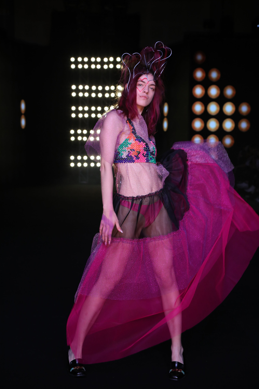 """La diseñadora Vanesa Krongold presentó su colección en BAFWEEK una vez más y deslumbró con su línea llamada """"Lo Disponible"""". Diseños confeccionados en tules, sedas y lycras coloridas, la creativa, impuso el color en la pasarela"""