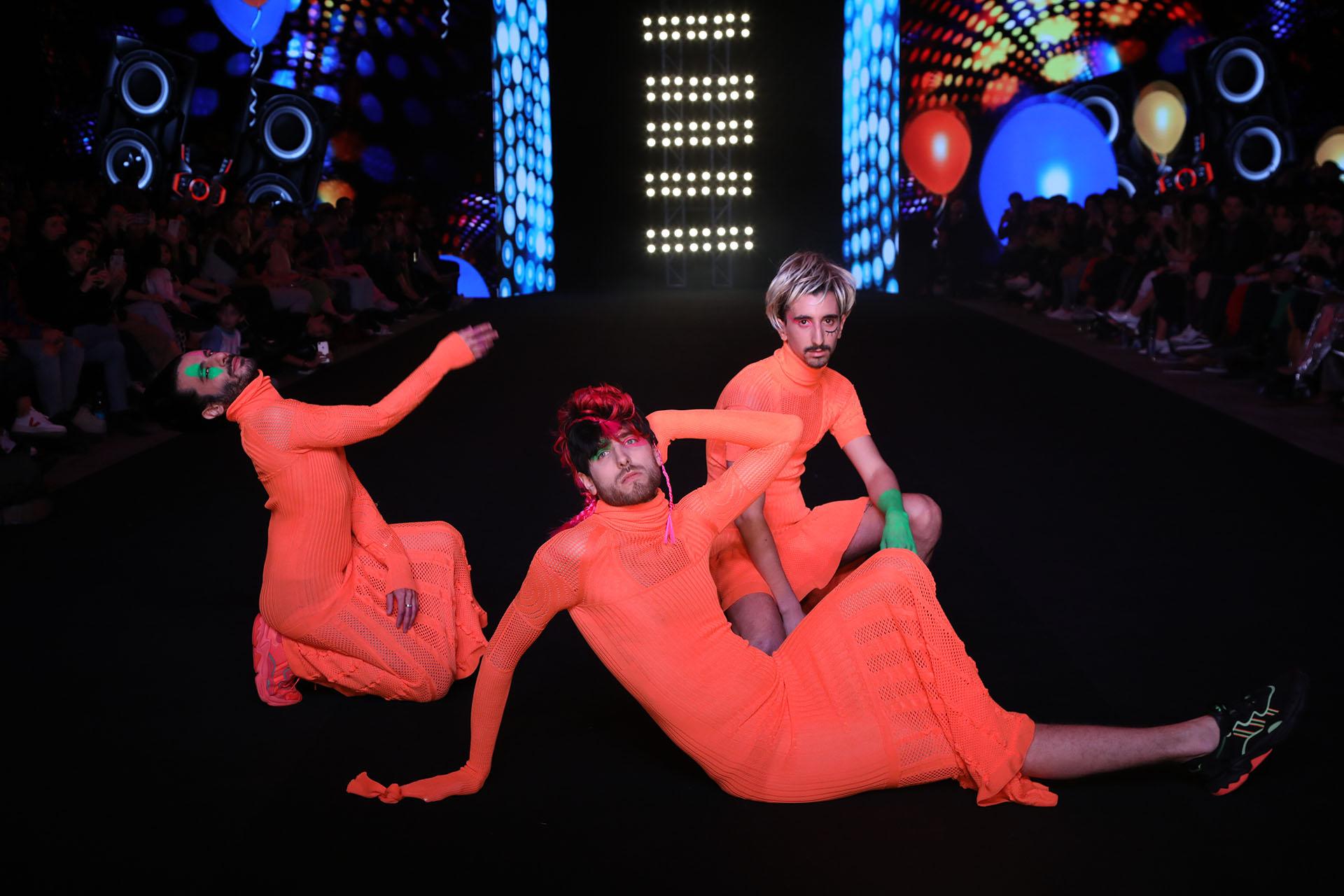 Los diseños de Vanesa Krongold son diferentes entre sí y son prendas que para esta colección de verano 2020 contó con bordados a mano y tocados realizados por Juan Romero, creador de la comparsa Ita Verá De Goya, y piezas especiales realizadas por la diseñadora de joyería Paloma Vega de Mendoza