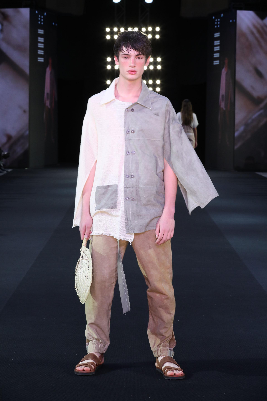 Carla Andrea es uno de los proyectos ganadores de Autores de Moda BA que desfiló en BAFWEEK. Su proyecto se llamaPy'aguasú y tiene prendas para hombres y para mujeres